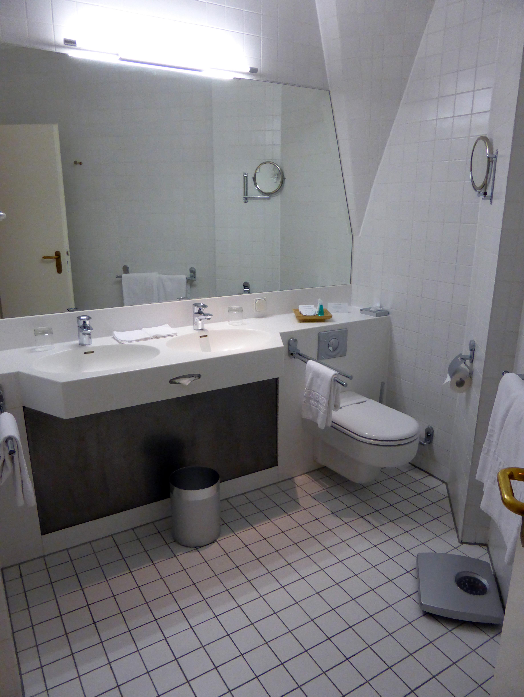 File:Bonner Stammtisch, Petersberg   Badezimmer 2.OG