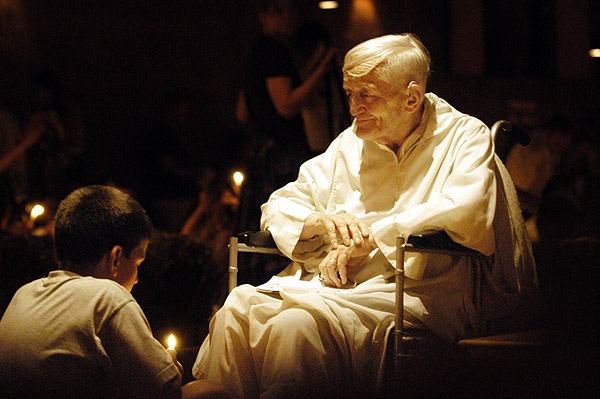 http://upload.wikimedia.org/wikipedia/commons/8/86/Brother_Roger_at_prayer.jpg