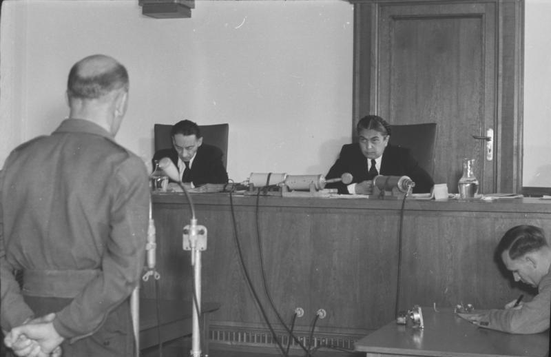 """Bundesarchiv Bild 183-15600-0005, Prozeß gegen Spione der """"Freiheitlichen Juristen"""" in der DDR.jpg"""