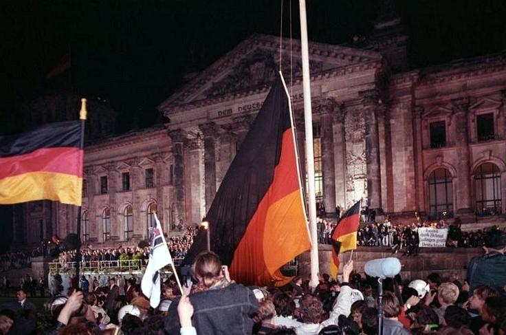 Datei:Bundesarchiv Bild 183-1990-1003-400, Berlin, deutsche Vereinigung, vor dem Reichstag.jpg