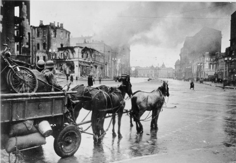 1941: Deutsche Soldaten im zerstörten Charkiw