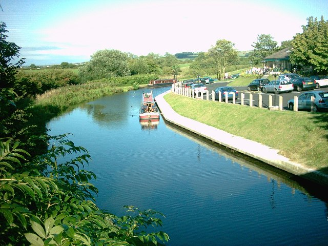 Canalside Moorings and Pub - geograph.org.uk - 36868