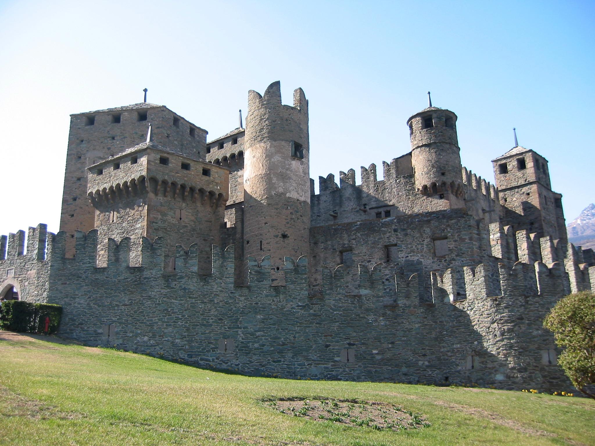 File:Castello Fénis.jpg - Wikimedia Commons