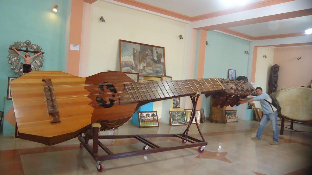"""Charango más grande del mundo ubicado en el museo """"Mauro Núñez"""" en Villa Serrano, Departamento de Chuquisaca, Bolivia."""