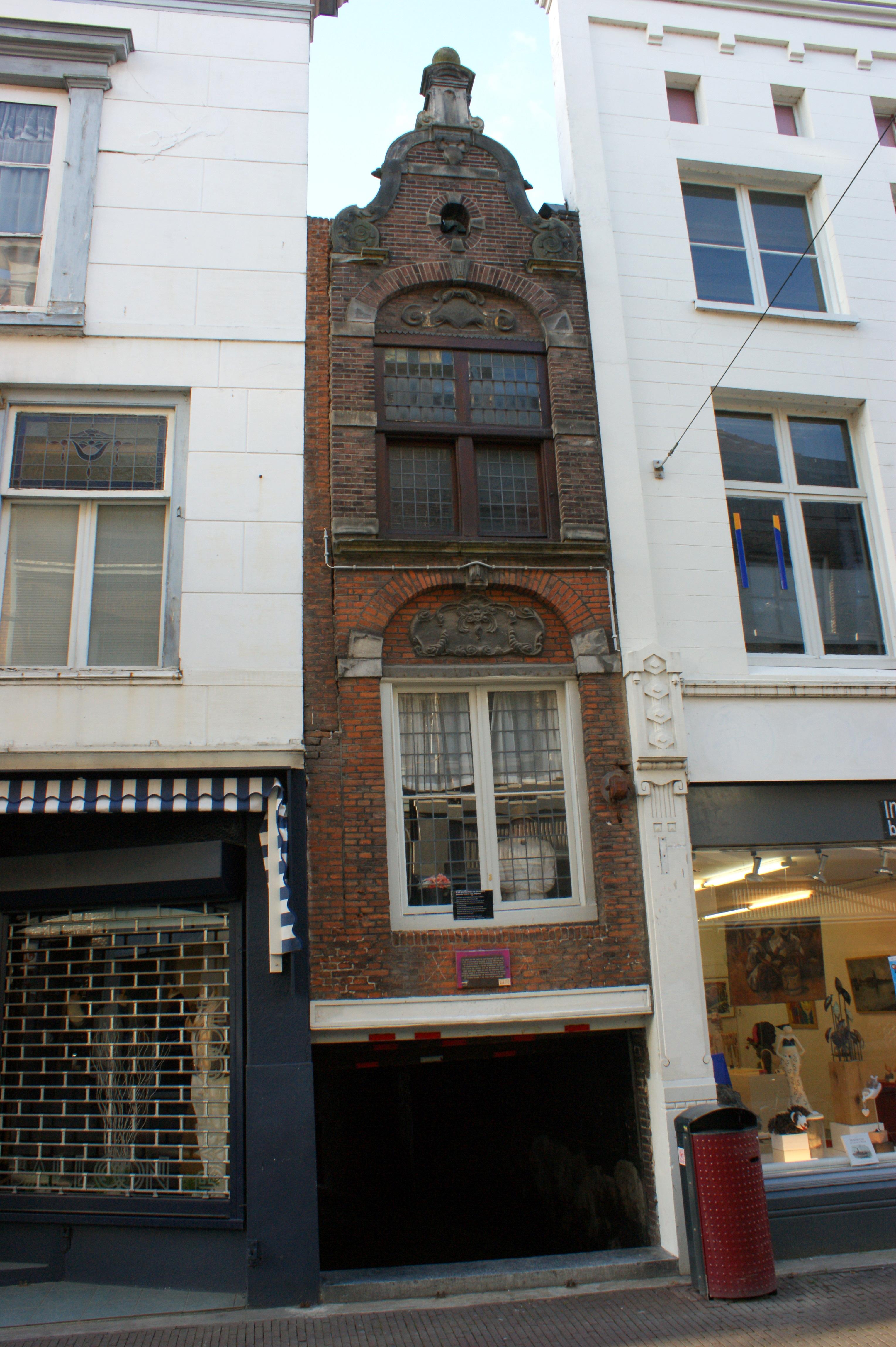 Smalste huis van dordrecht pand met smalle gevel een vensteras breed gebouwd boven de - Kroonluchter huis van de wereld ...