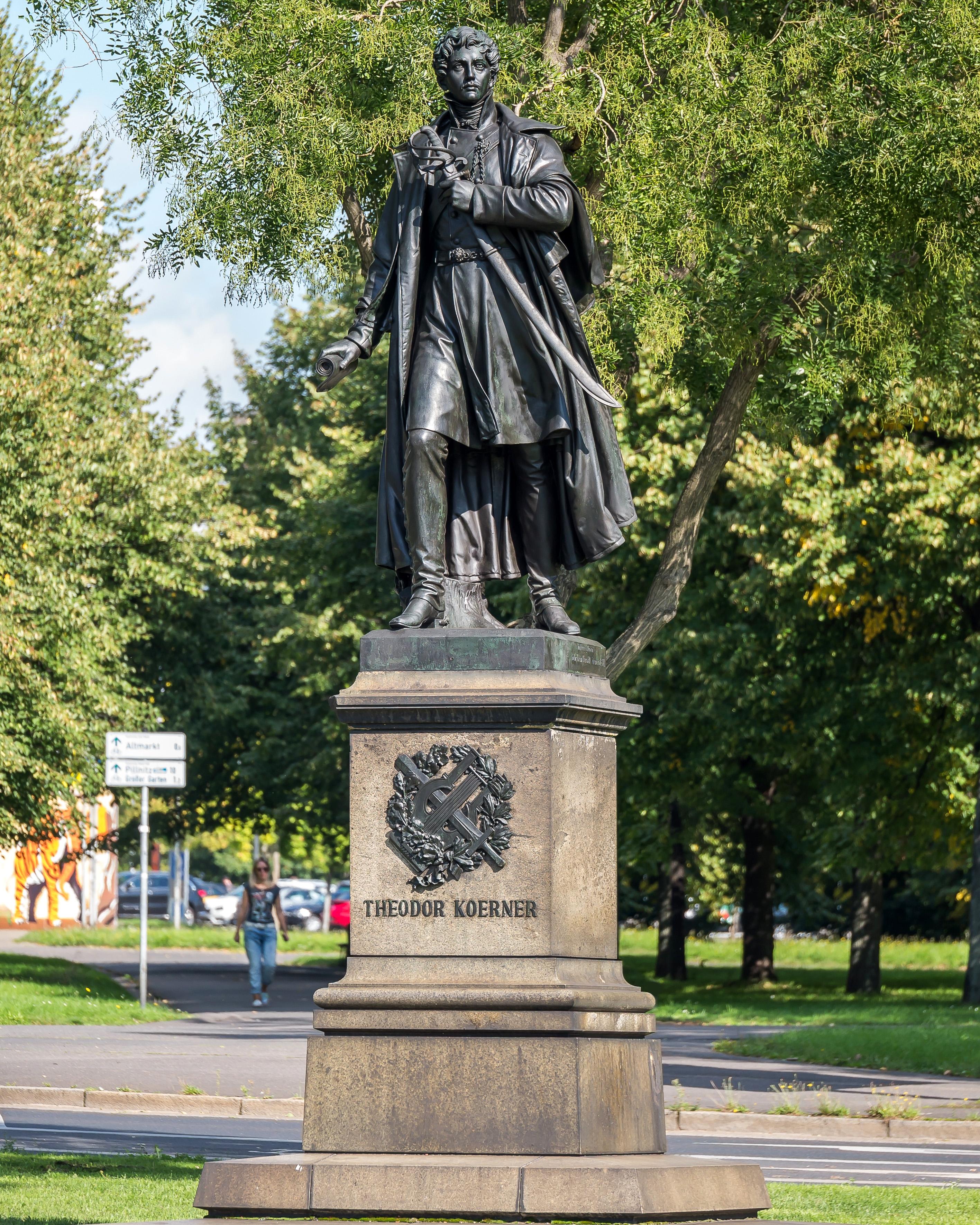 Dresden Georgplatz Theodor-Körner-Denkmal , Bronzestandbild von Ernst Julius Hähnel.jpg