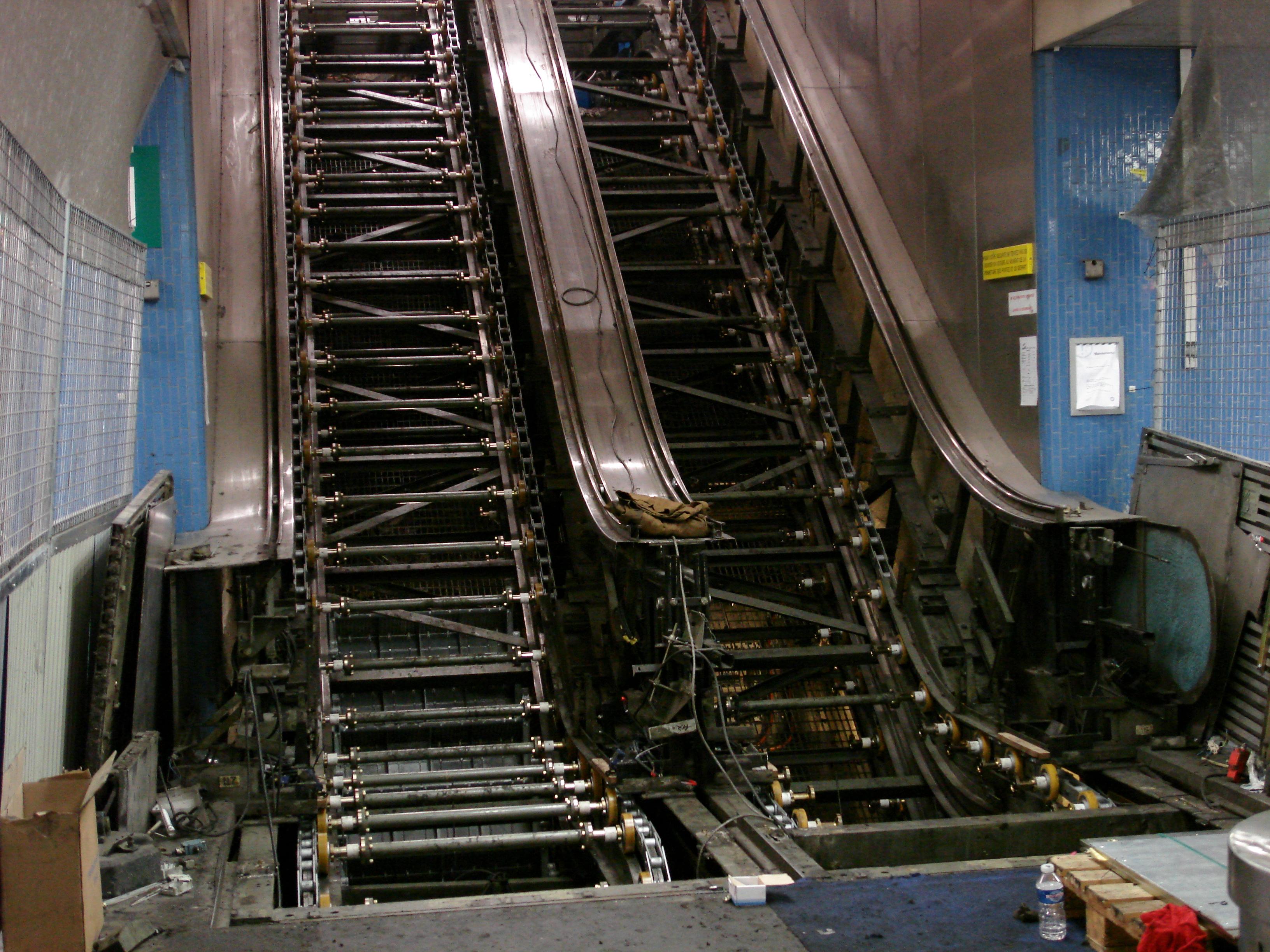 file escalator en reparation gare rer des halles wikimedia commons. Black Bedroom Furniture Sets. Home Design Ideas