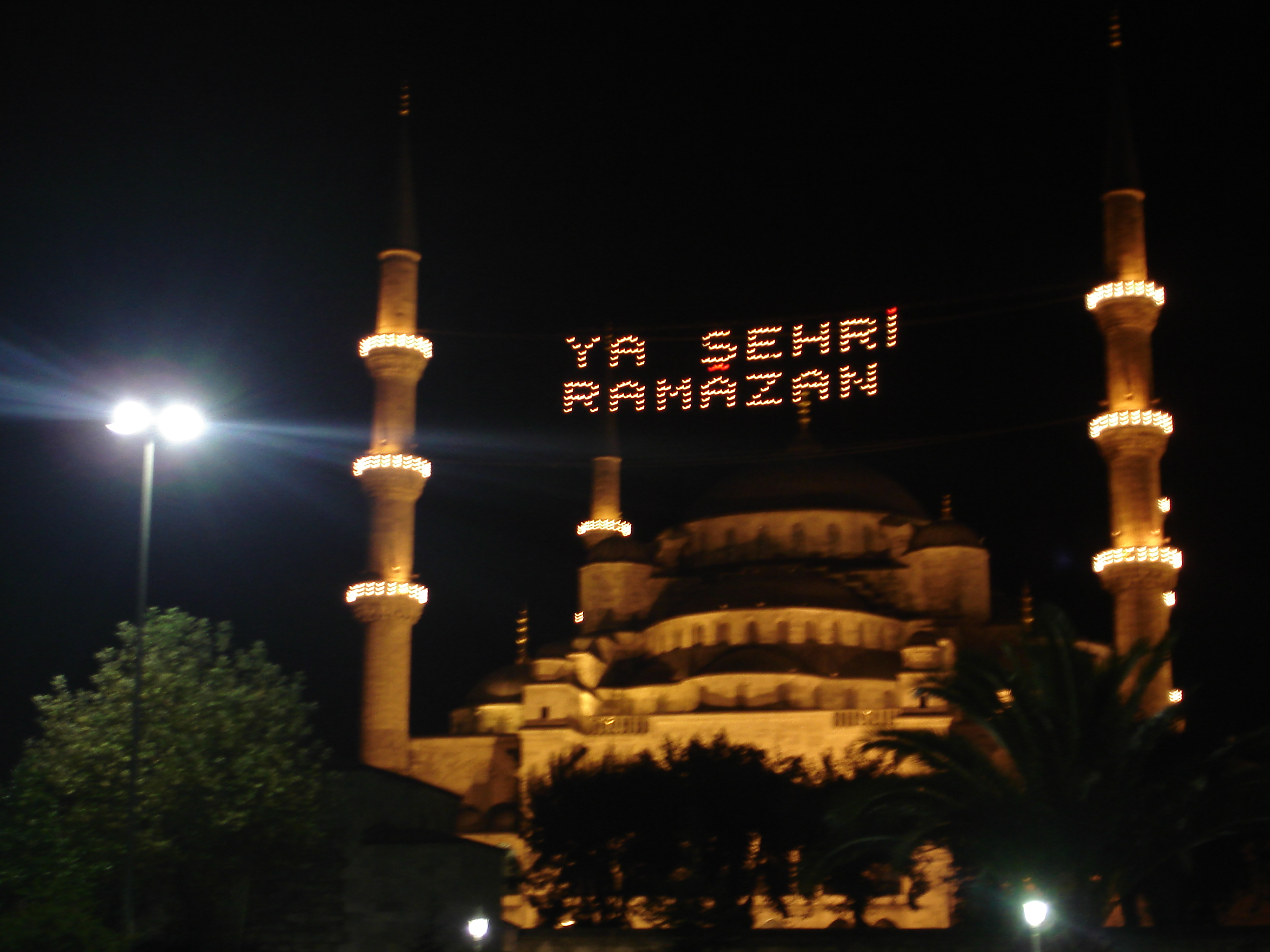 http://upload.wikimedia.org/wikipedia/commons/8/86/Istanbul.Sultanahmet.BlueMosque.Ramazan.02.jpg