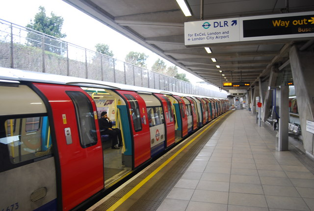 Jubilee line train, Canning Town Station - geograph.org.uk - 1127903