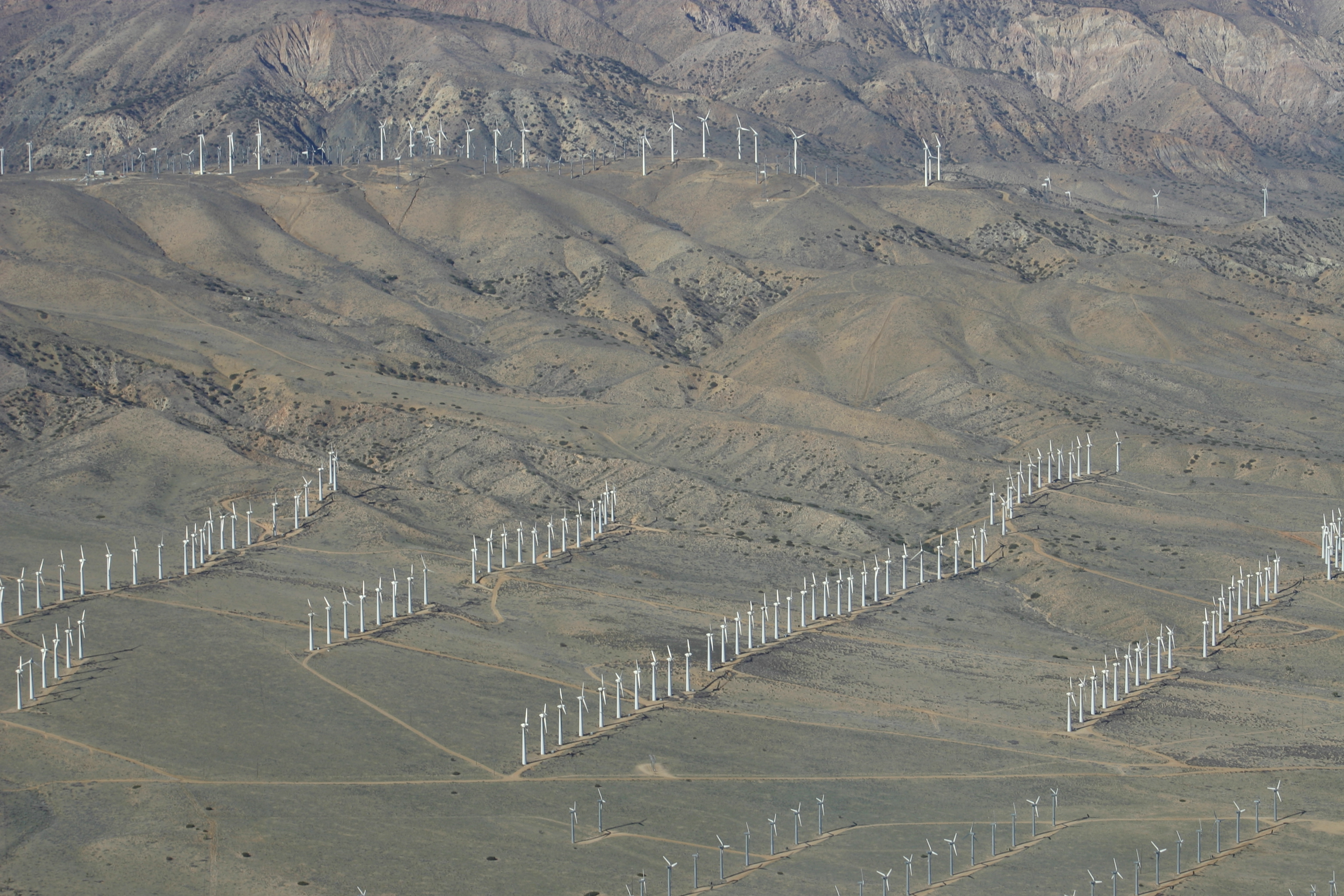 https://upload.wikimedia.org/wikipedia/commons/8/86/Kluft-photo-Tehachapi-Wind-Farm-Feb-2008-Img_0437.jpg