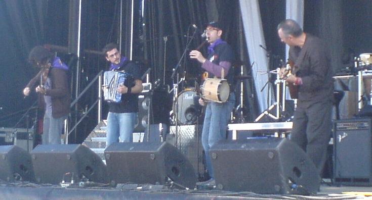 Jorge Arribas (segundo por la izquierda) en un concierto del grupo La Musgaña en Villalar de los Comuneros (2008).