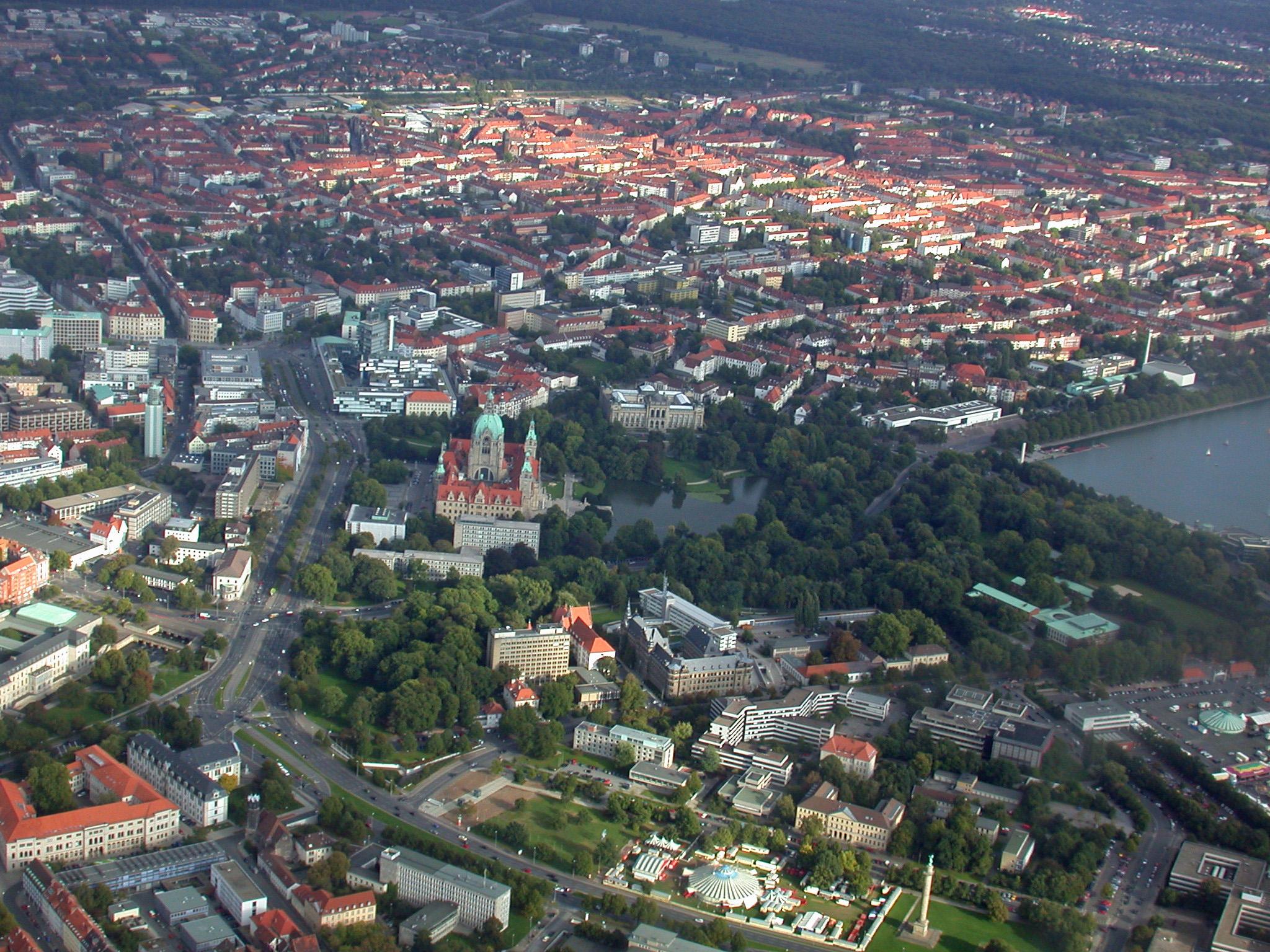 Neues Rathaus mit Maschpark, Aegidienkirche, Verwaltungsgebäude der Nord/LB, Landesmuseum, Südstadt, rechts der Maschsee