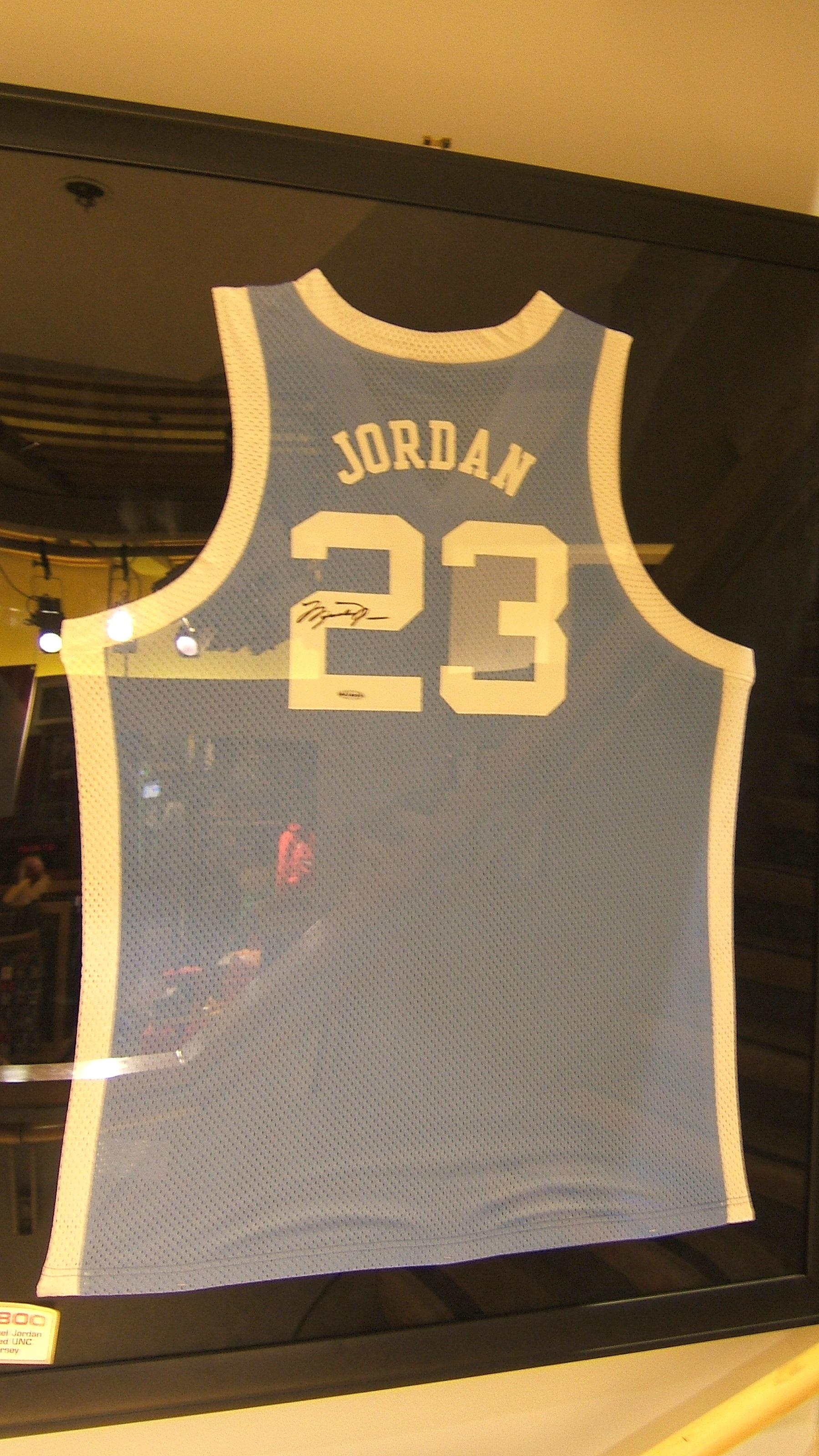 La canotta numero 23 della North Carolina autografata da Jordan. 96e5f5228d32