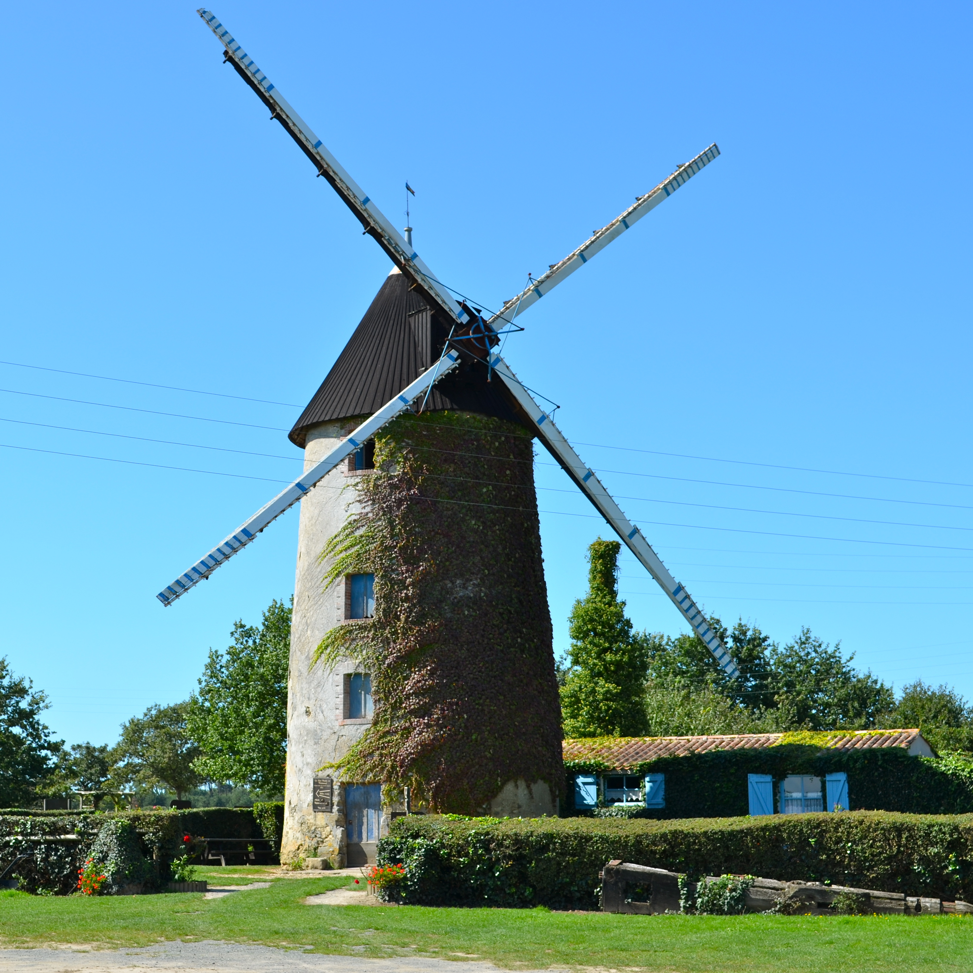 file moulin vent dit le petit moulin chateauneuf vend e jpg wikimedia commons. Black Bedroom Furniture Sets. Home Design Ideas