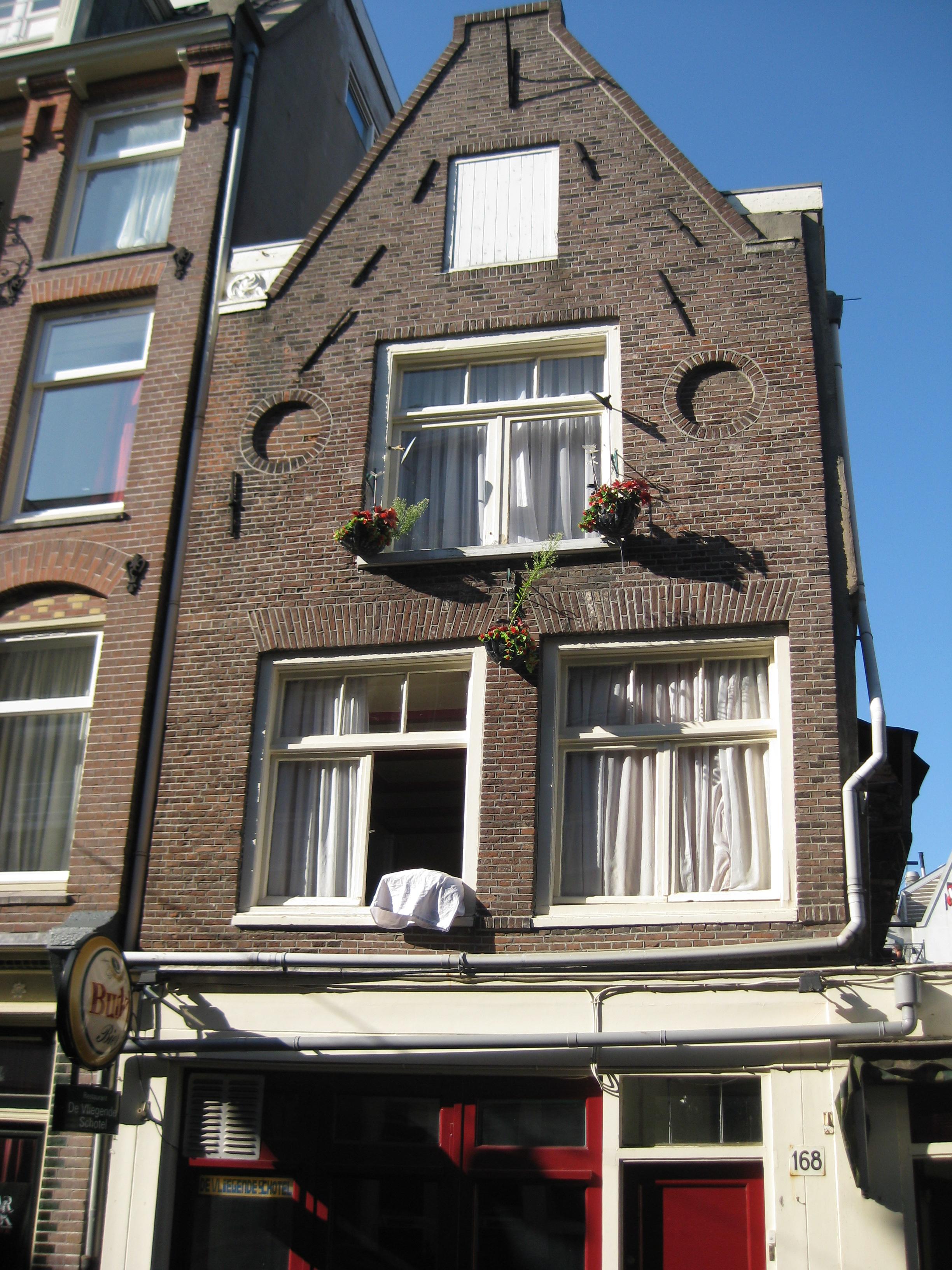 Huis met gevel waarvan de top later tot punttop is afgekloofd in amsterdam monument - Provencaalse huis gevel ...