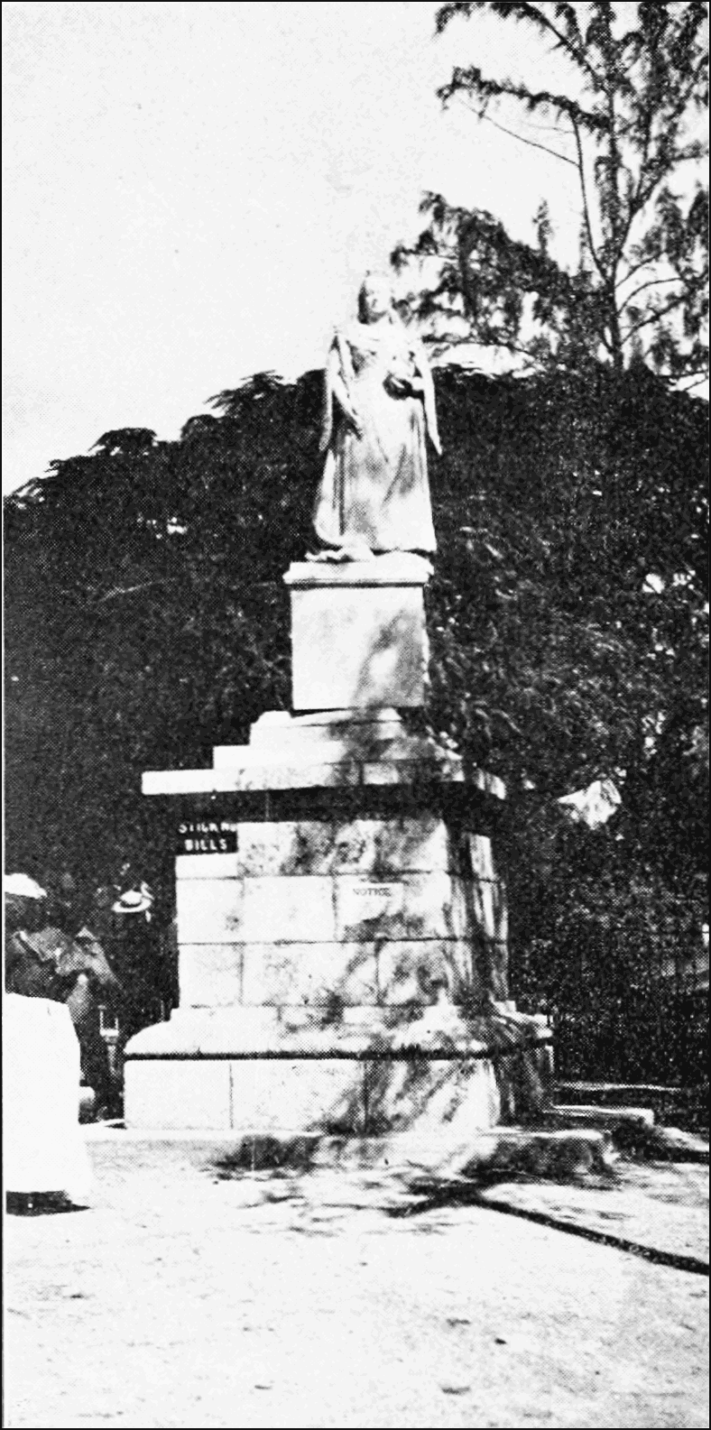 PSM V70 D400 Damaged statue of queen victoria.png