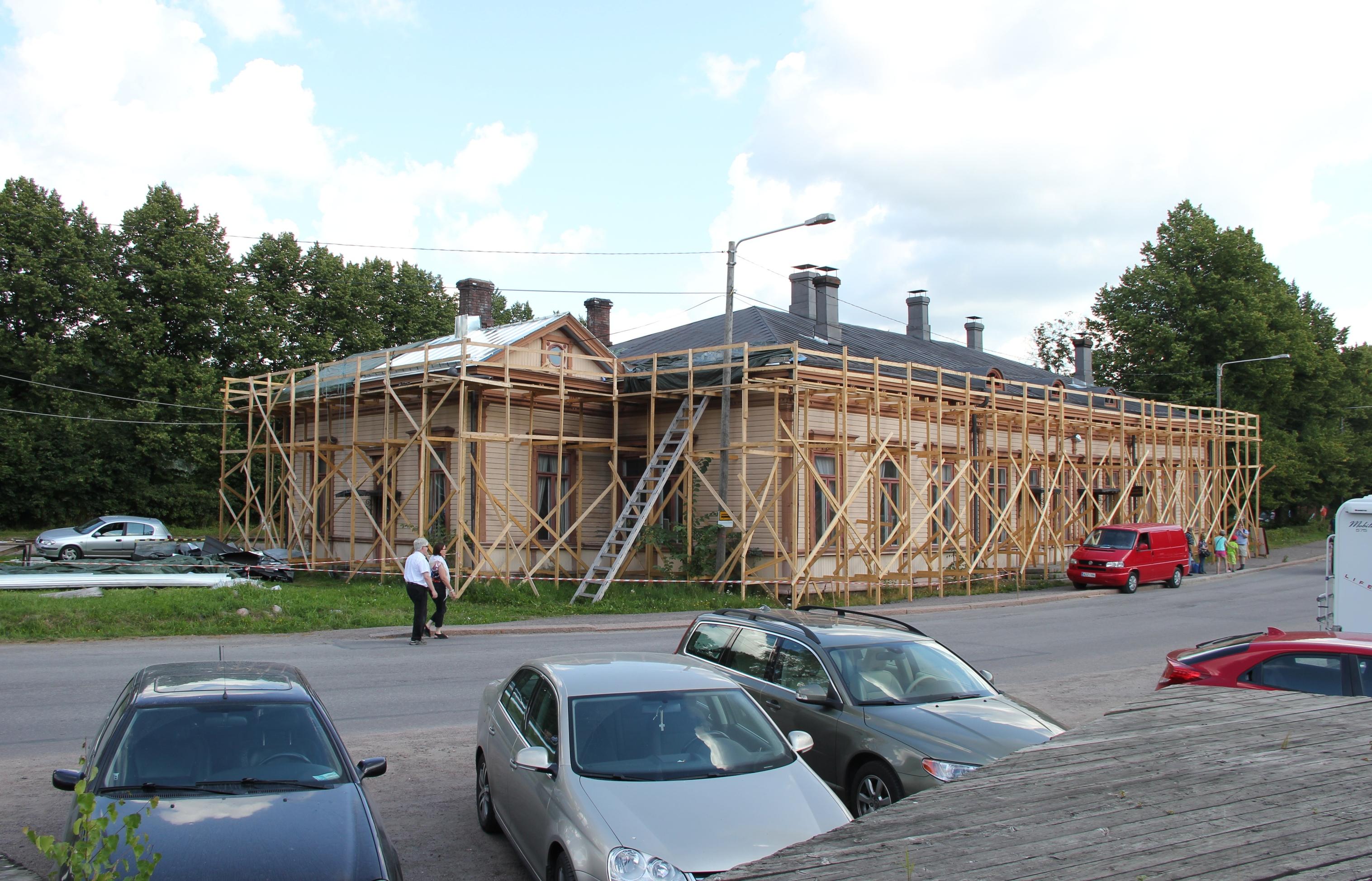 rautatieasema, under renovation.jpg Suomi: Porvoon rautatieasema, korjaus meneillään elokuussa 2012 English: Porvoon rautatieasema, under renovation in August 2012