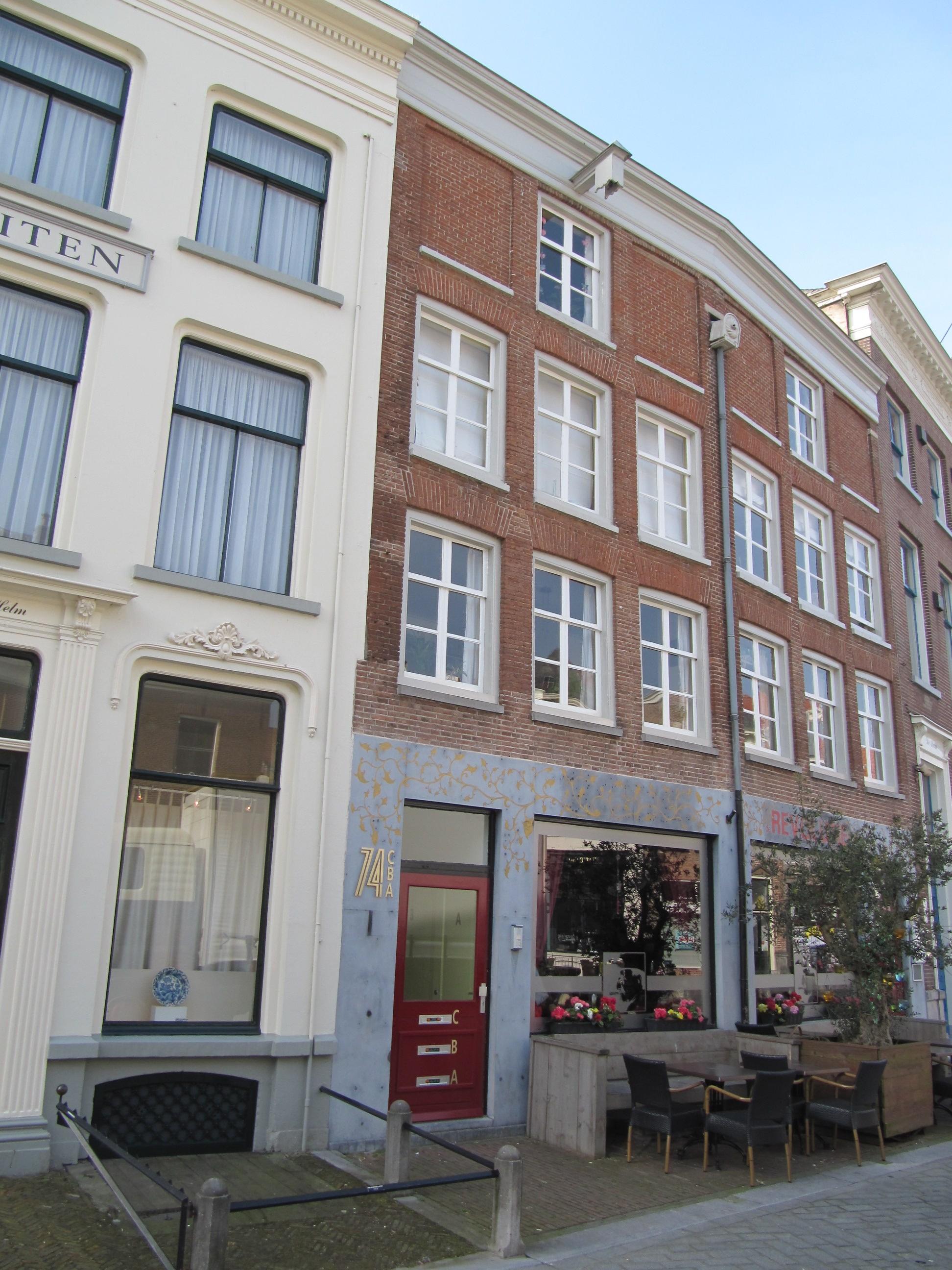 Twee tot een pand samengetrokken huizen met gevels rood gesausd onder rechte lijsten in - Gevels van hedendaagse huizen ...