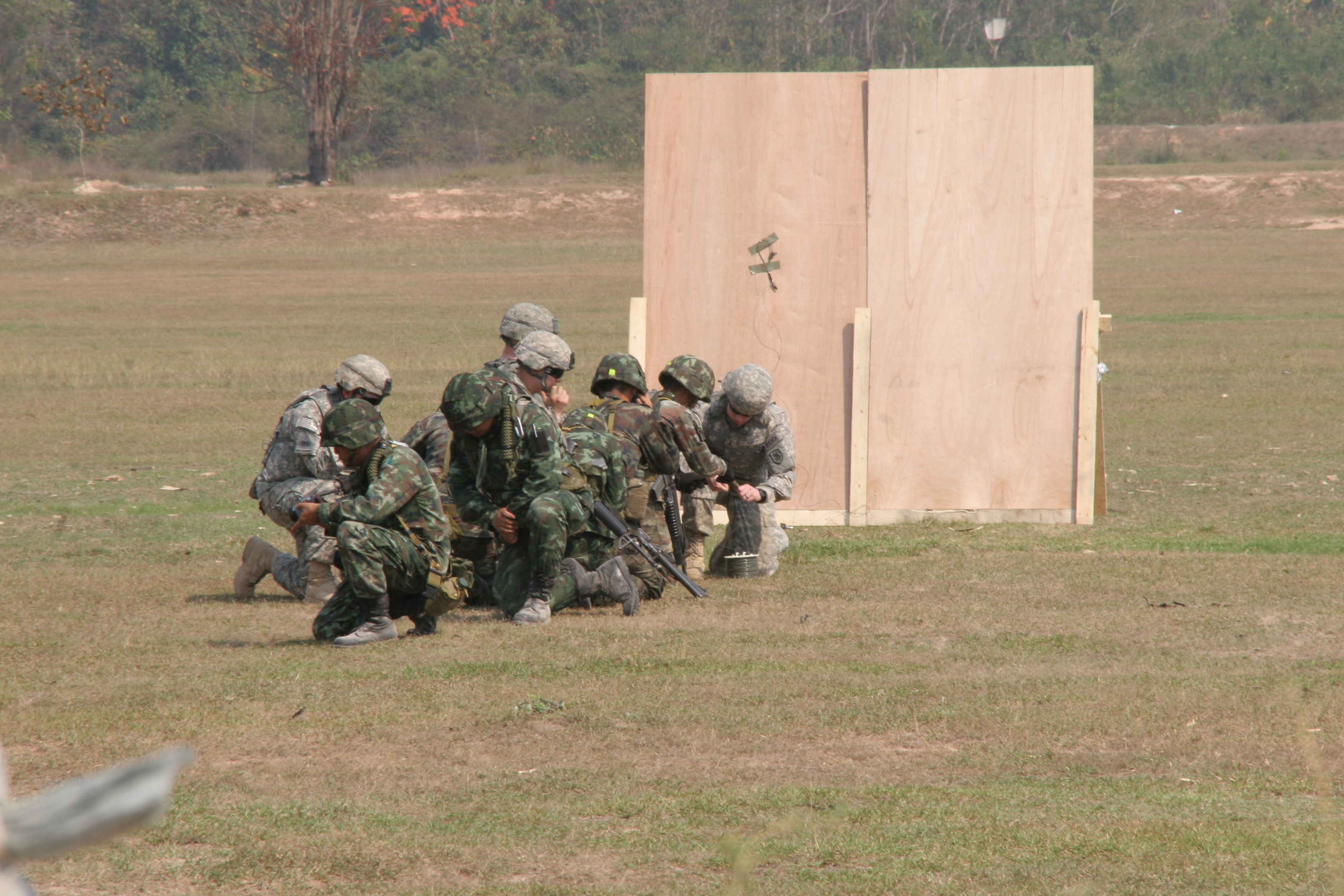 FileRoyal Thai US soldiers conduct door-breaching training during Exercise Cobra Gold & File:Royal Thai US soldiers conduct door-breaching training ...
