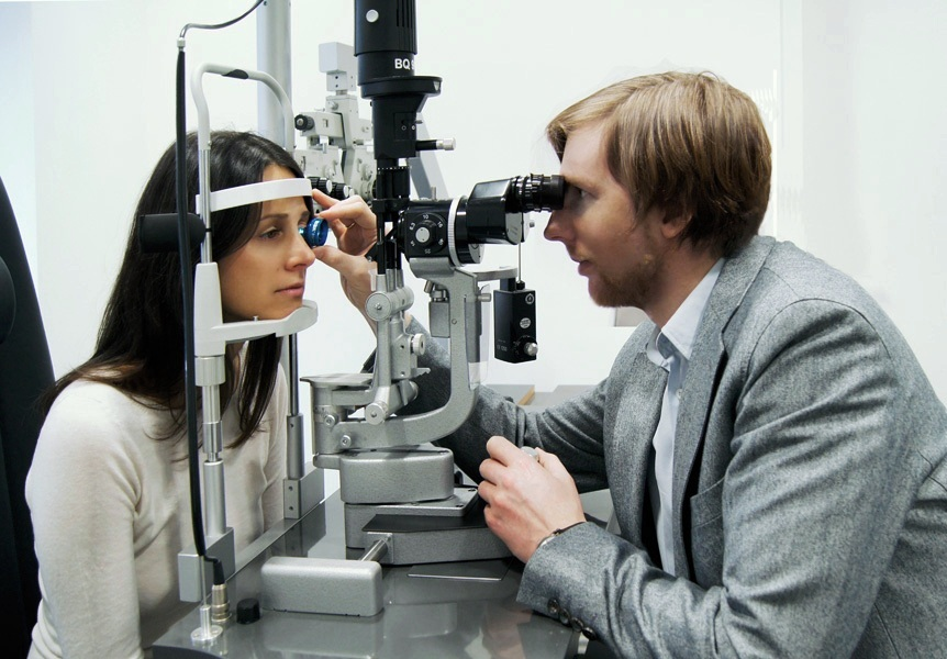 File:Slit lamp examination.jpg - Wikimedia Commons