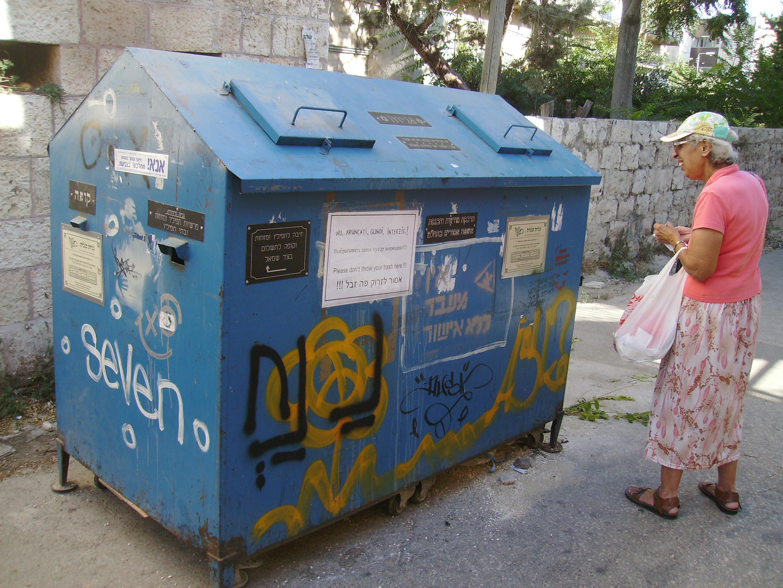 współczesny pojemnik na kolekcję geniza przy ulicy w Nachlaot w Jerozolimie