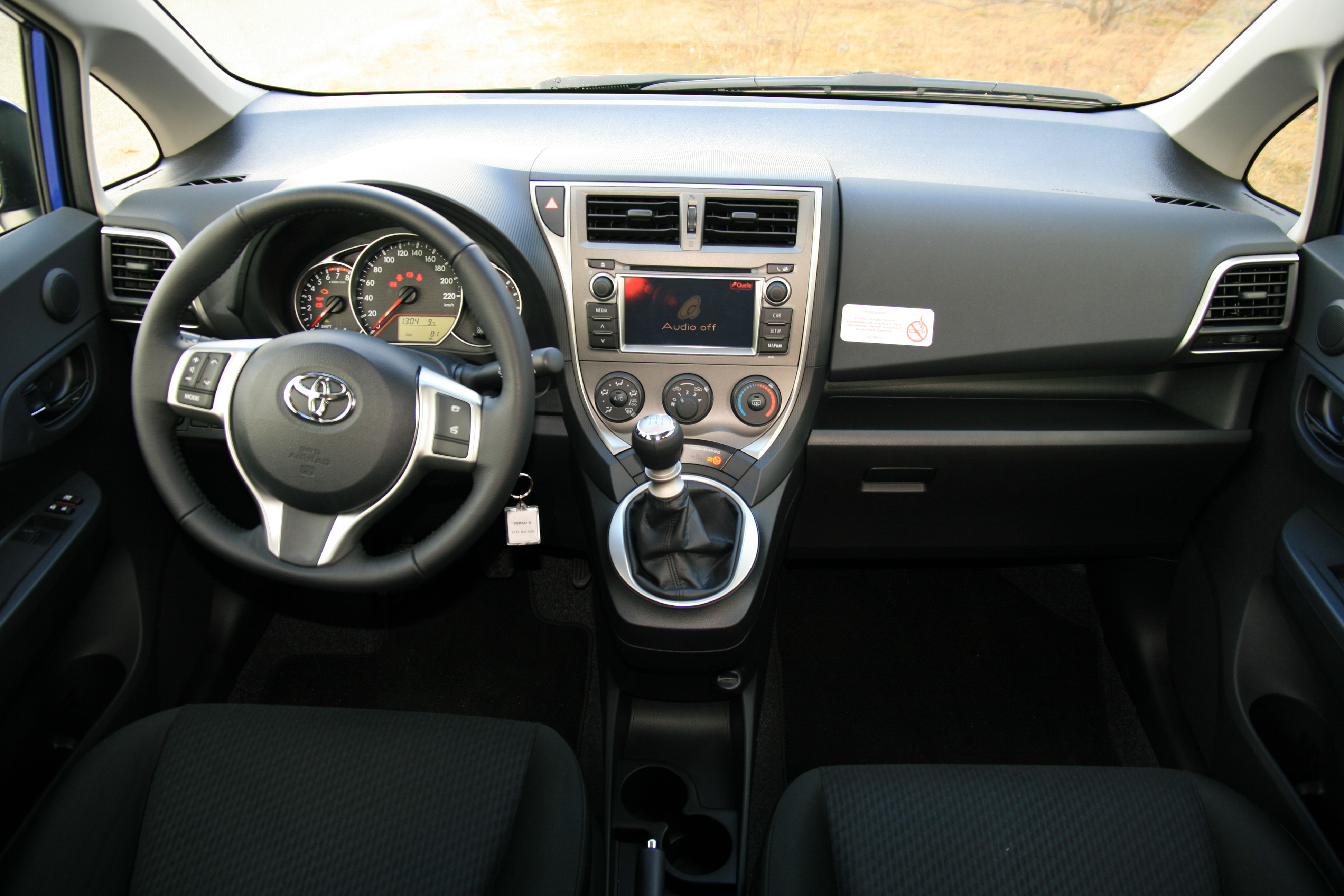 datei toyota verso s cockpit jpg wikipedia. Black Bedroom Furniture Sets. Home Design Ideas