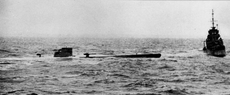 الغواصة النازية U-110..والفيلم الامريكى U-571 ..! U-110_and_HMS_Bulldog