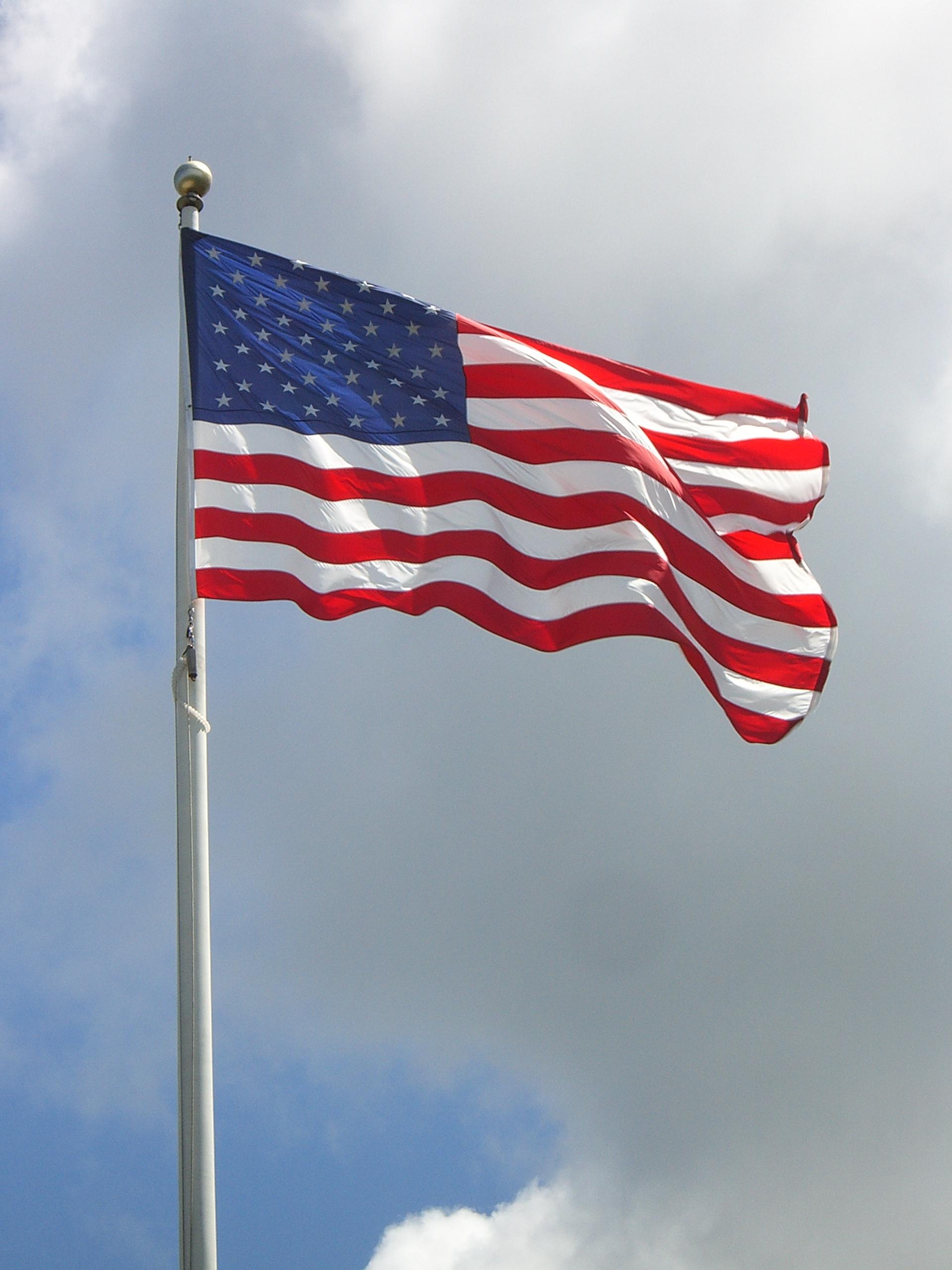 Description USA Flag - Hyannis - Massachusetts.jpg: commons.wikimedia.org/wiki/File:USA_Flag_-_Hyannis_-_Massachusetts.jpg