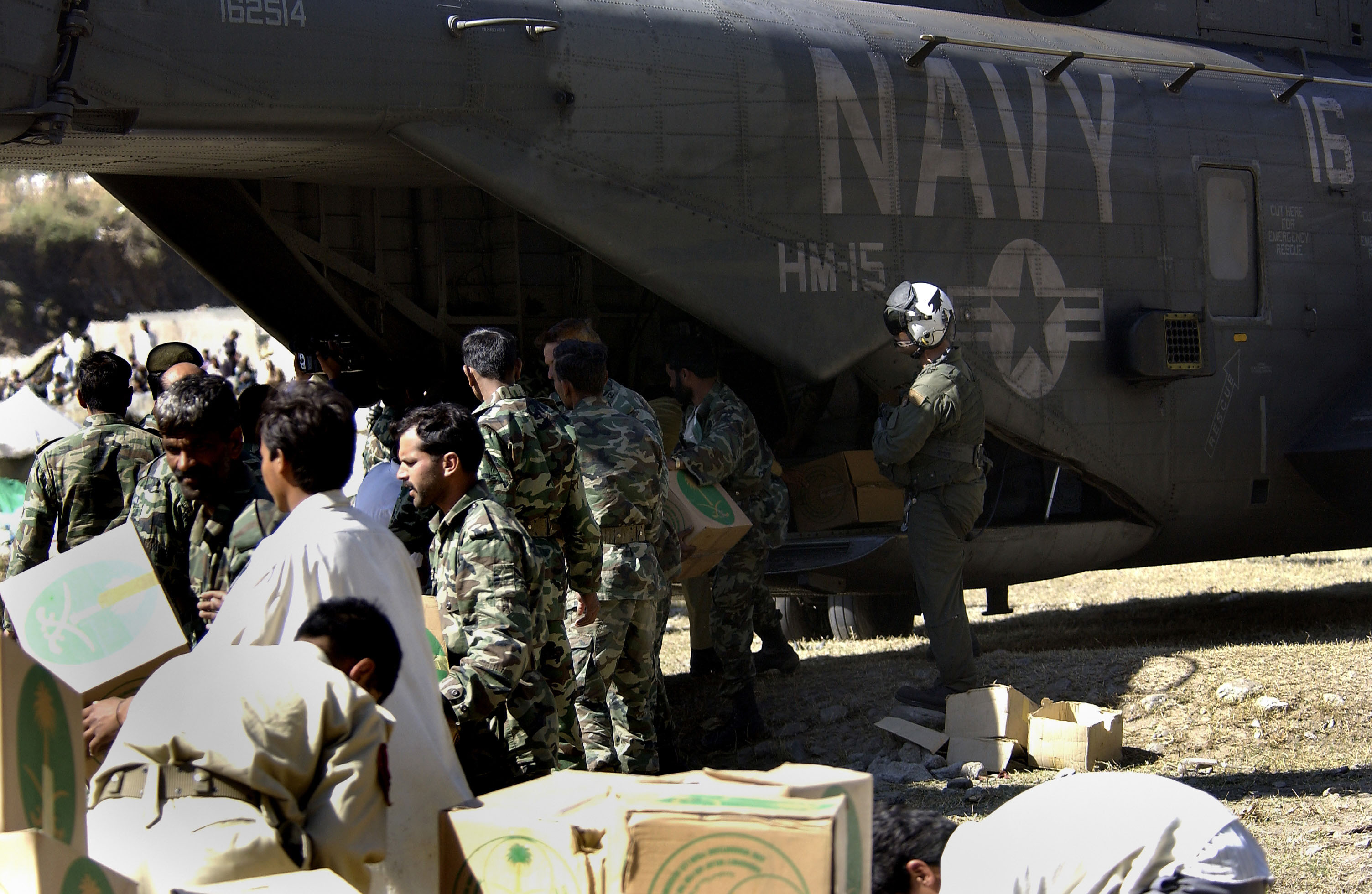 File:US Navy 051021-F-9085B-053 Pakistani soldiers unload disaster ...
