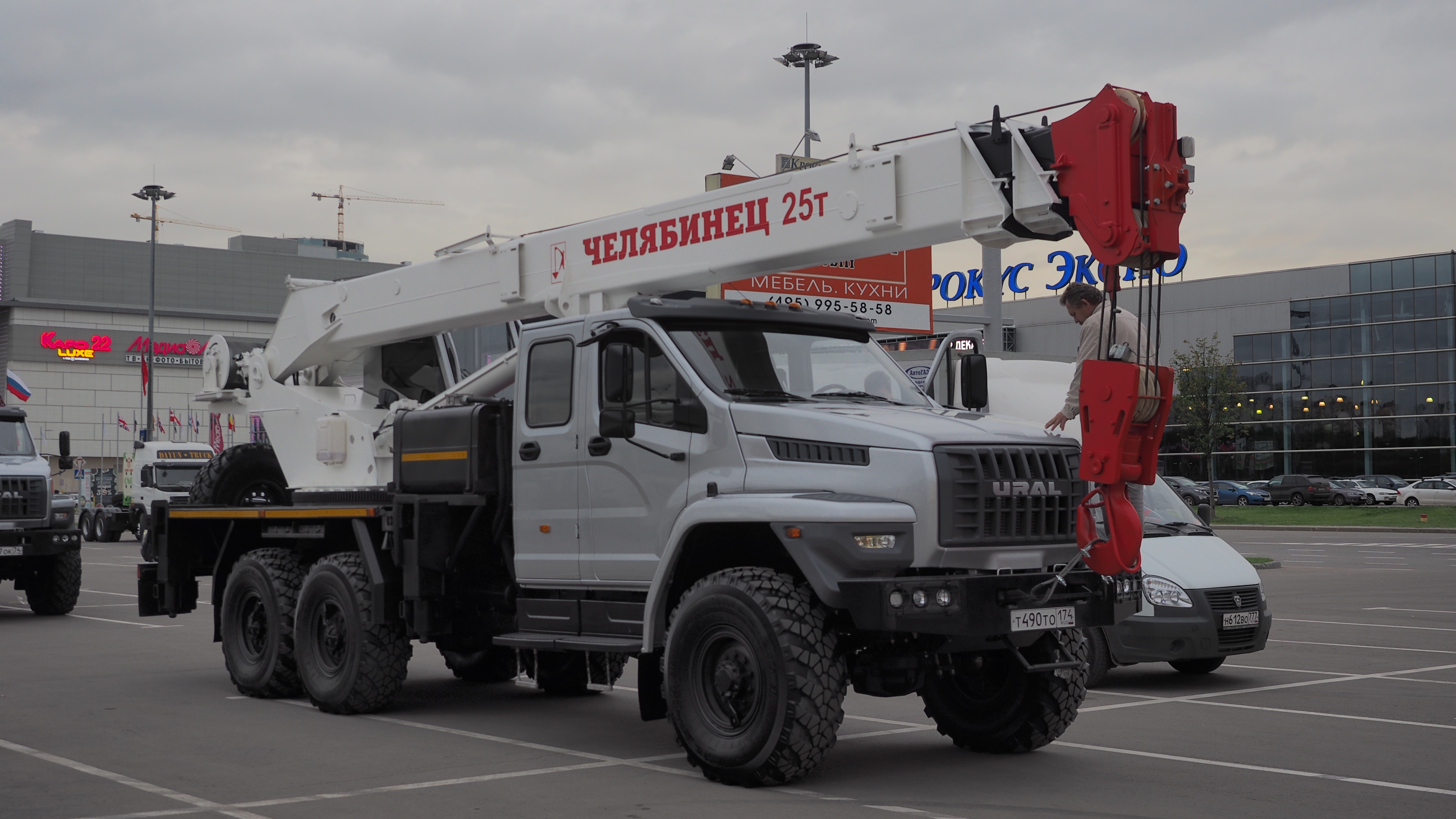 Datei:Ural Next mobile crane with double cab.jpg