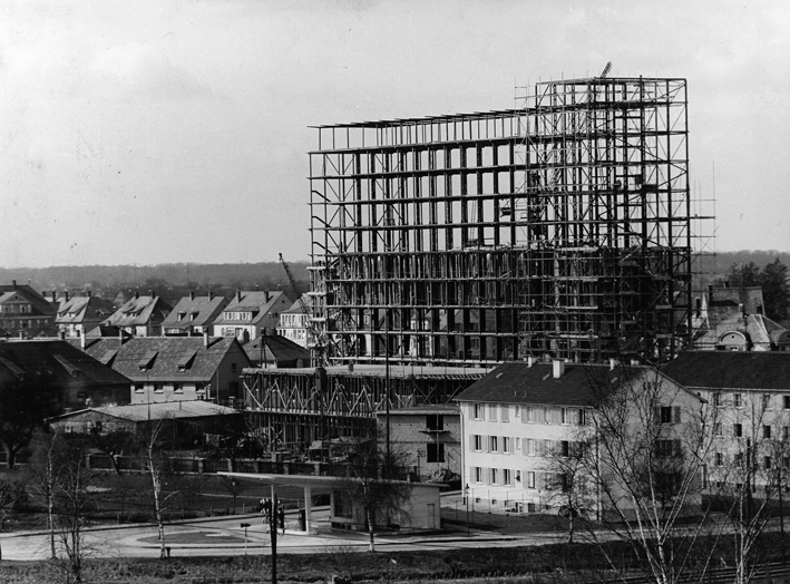 Verwaltungsgebäude (in Bau) in Baden-Baden - Quelle: Wikimedia