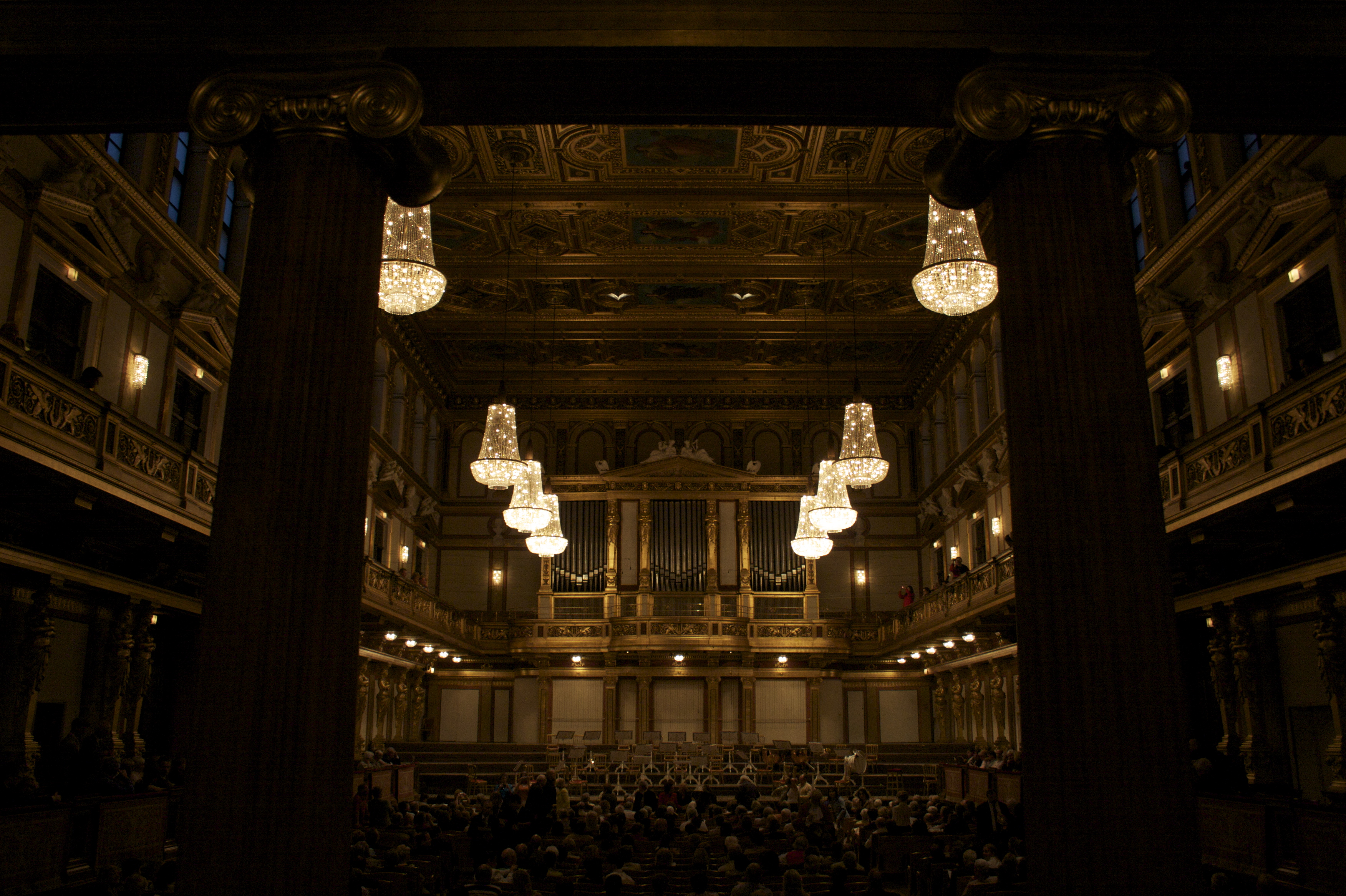http://commons.wikipedia.org/wiki/File:Wiener_Musikverein_6.jpg