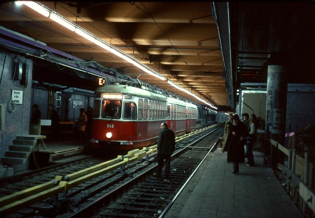 067L33100380 2er Linie Ustrab, Umbau für U Bahnbetrieb, Haltestelle Volkstheater, Linie E2, Typ L 543, l3, l3 10.03.1980.jpg