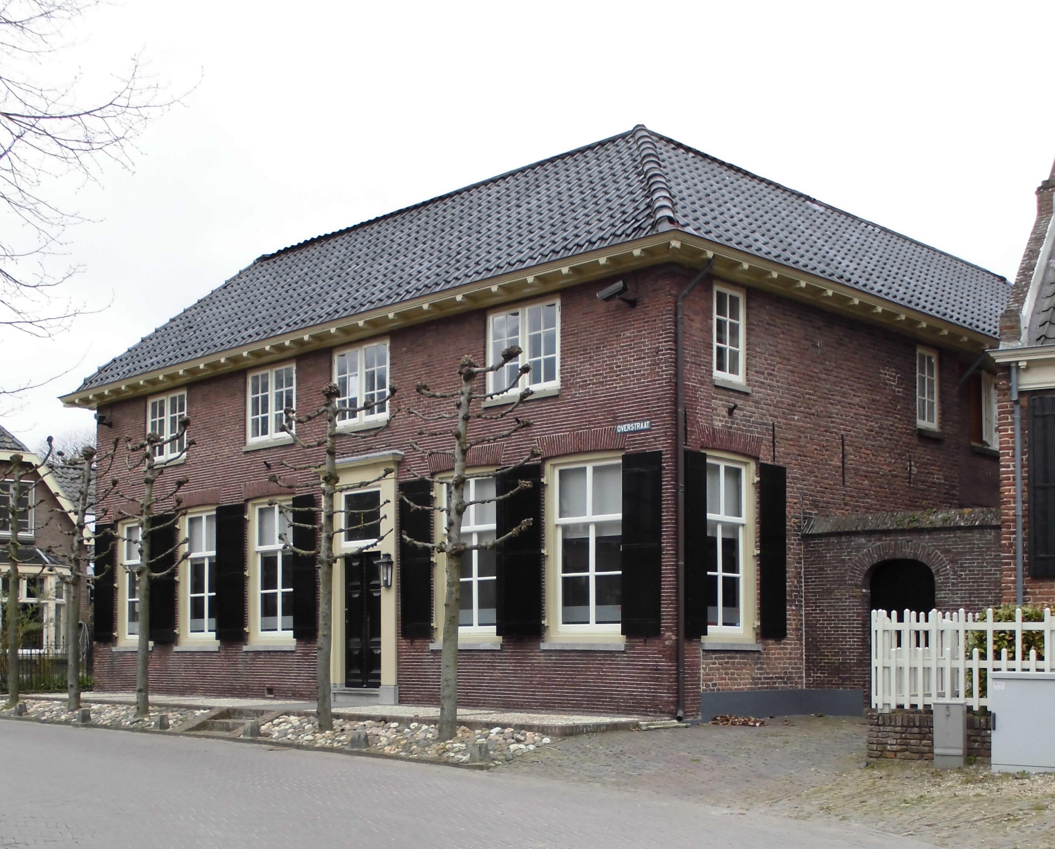 Huis met gevel met rechte kroonlijst in amerongen monument - Huis gevel ...