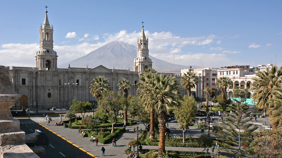 https://upload.wikimedia.org/wikipedia/commons/8/87/Arequipa%2C_Plaza_de_Armas_and_Volcan_El_Misti_-_panoramio.jpg