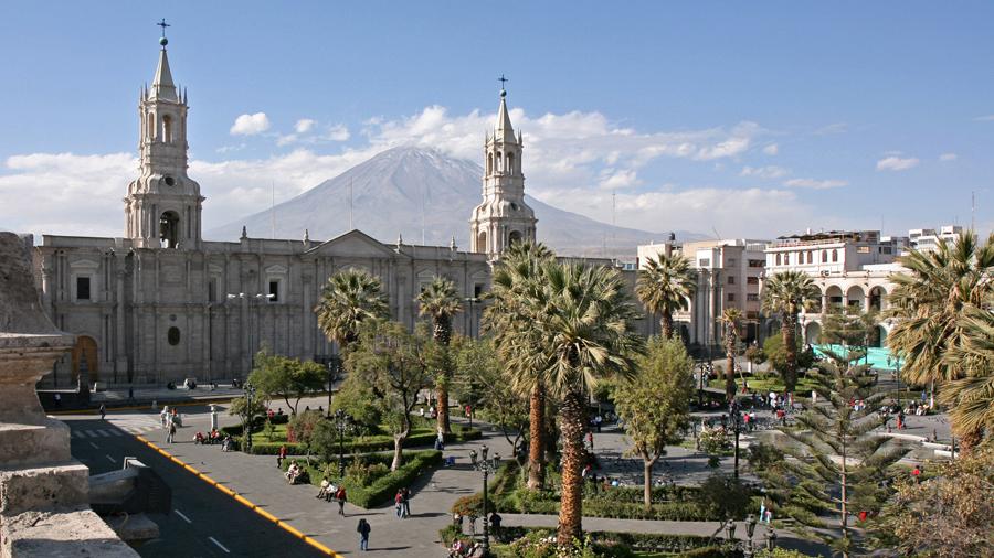 https://upload.wikimedia.org/wikipedia/commons/8/87/Arequipa%2C_Plaza_de_Armas_and_Volcan_El_Misti_-_panoramio.jpg