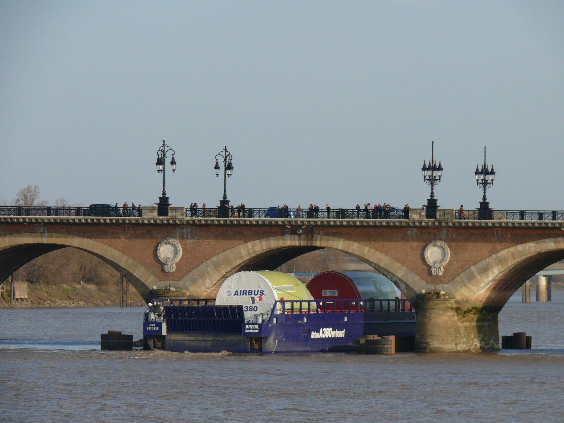 File bordeaux transport de l 39 a380 sous le pont de pierre wiki - Vernis pont de bateau ...