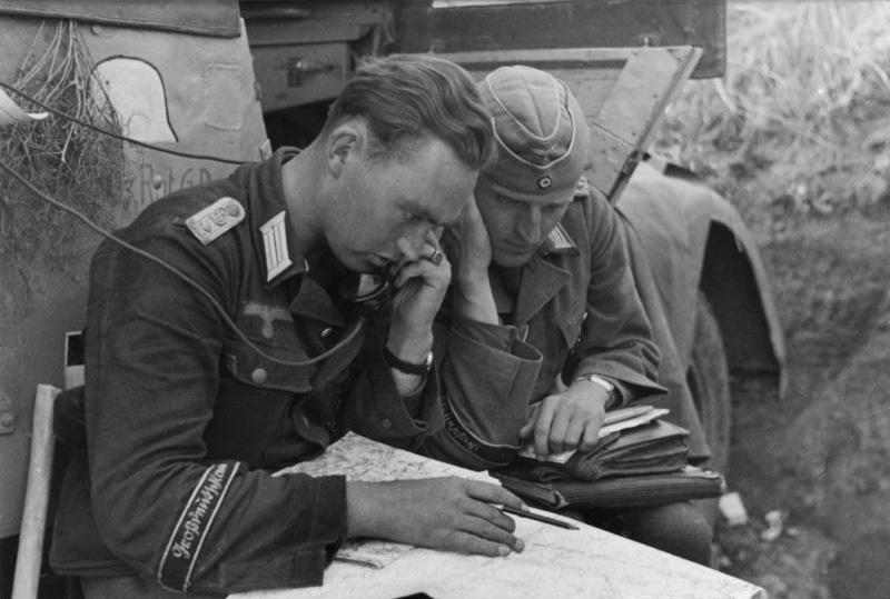 Bande de Bras Großdeutschland Bundesarchiv_Bild_101I-712-0497-24%2C_Rumänien%2C_Offiziere_der_Div._»Großdeutschland«