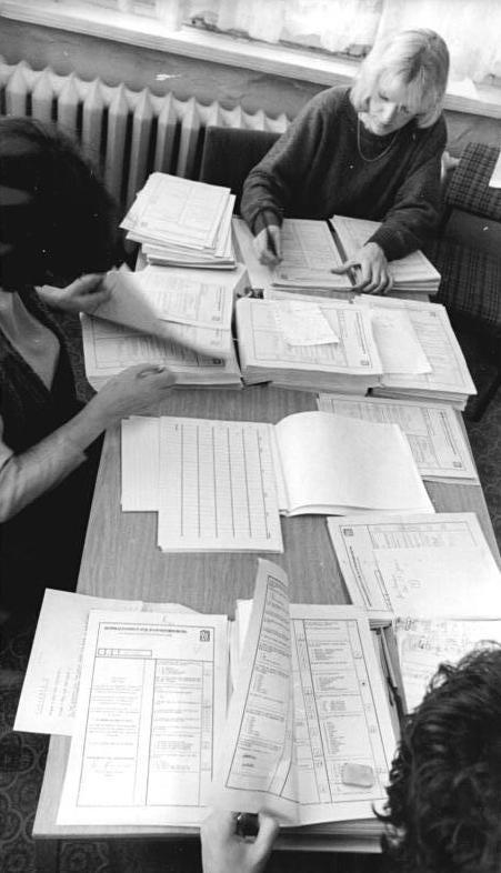 Bundesarchiv Bild 183-1990-0116-300, Zentralinstitut für Jugendforschung, Auswertung von Fragebögen.jpg