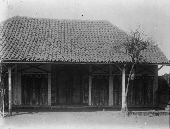 File:collectie tropenmuseum huis versierd met gekleurd houtsnijwerk