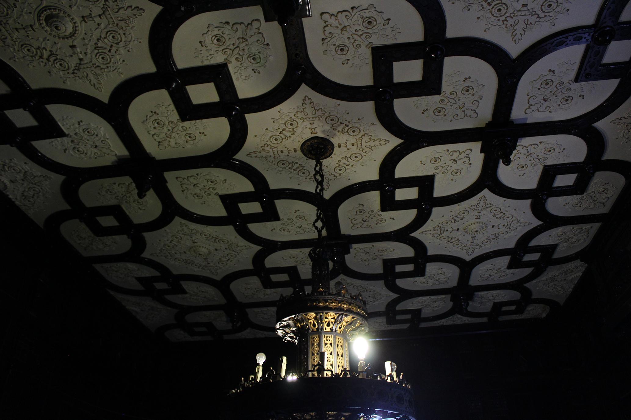 92e2313286 Teto do hall de entrada decorado com madeira de lei e gesso