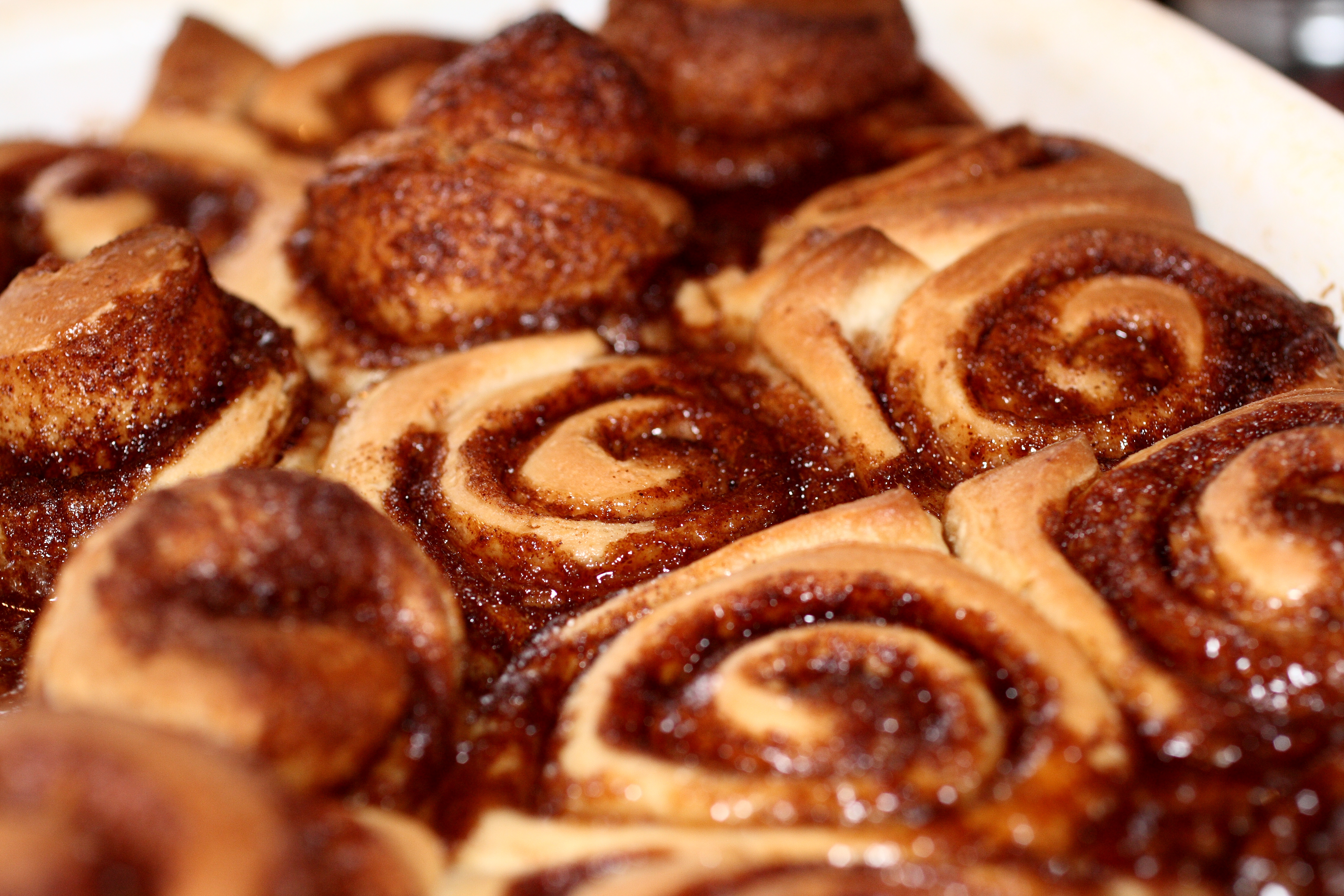 Description Cinnamon roll buns fresh from the oven, March 2010.jpg