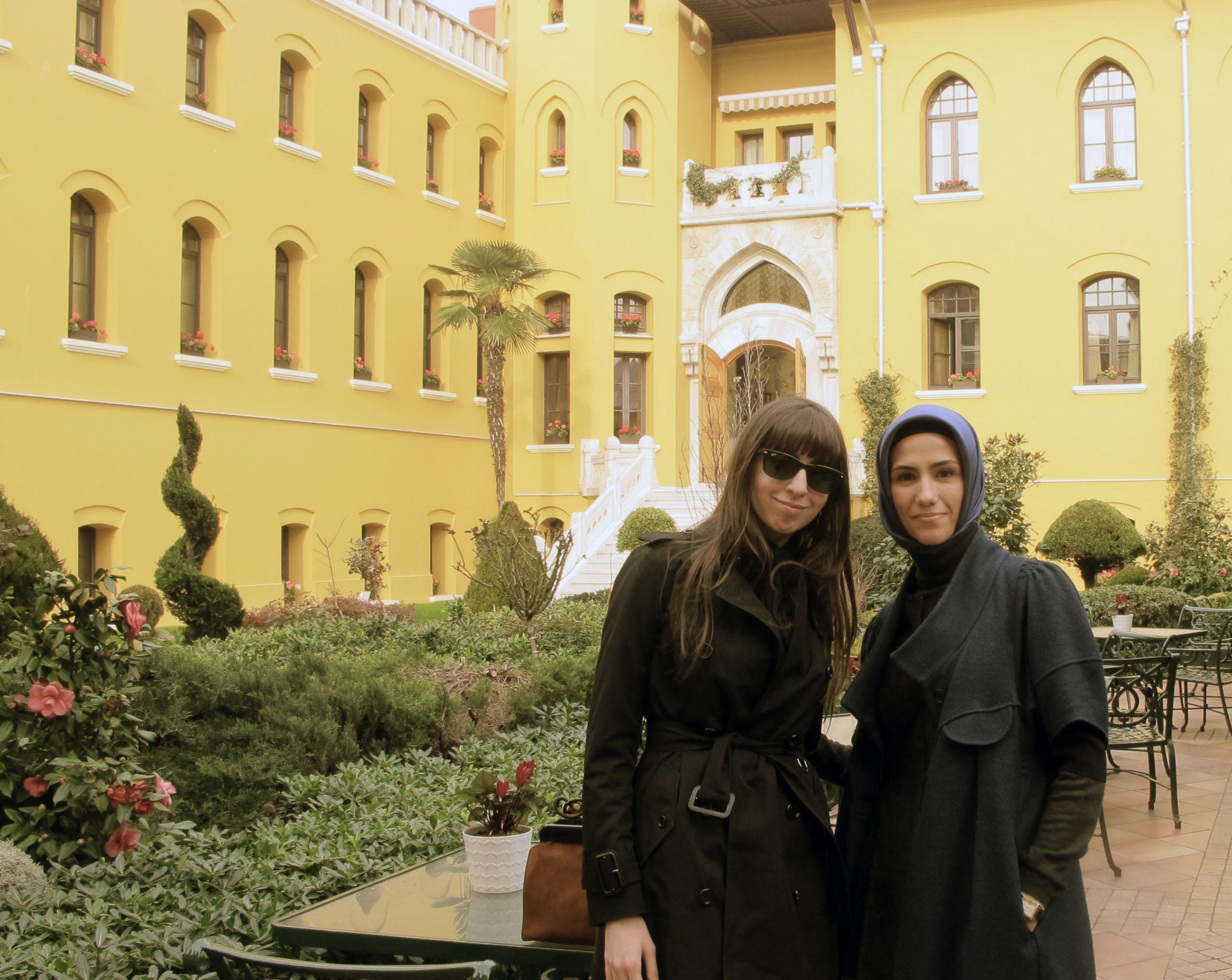 Dosya:Florencia Kirchner And Sumeyye Erdogan.jpg