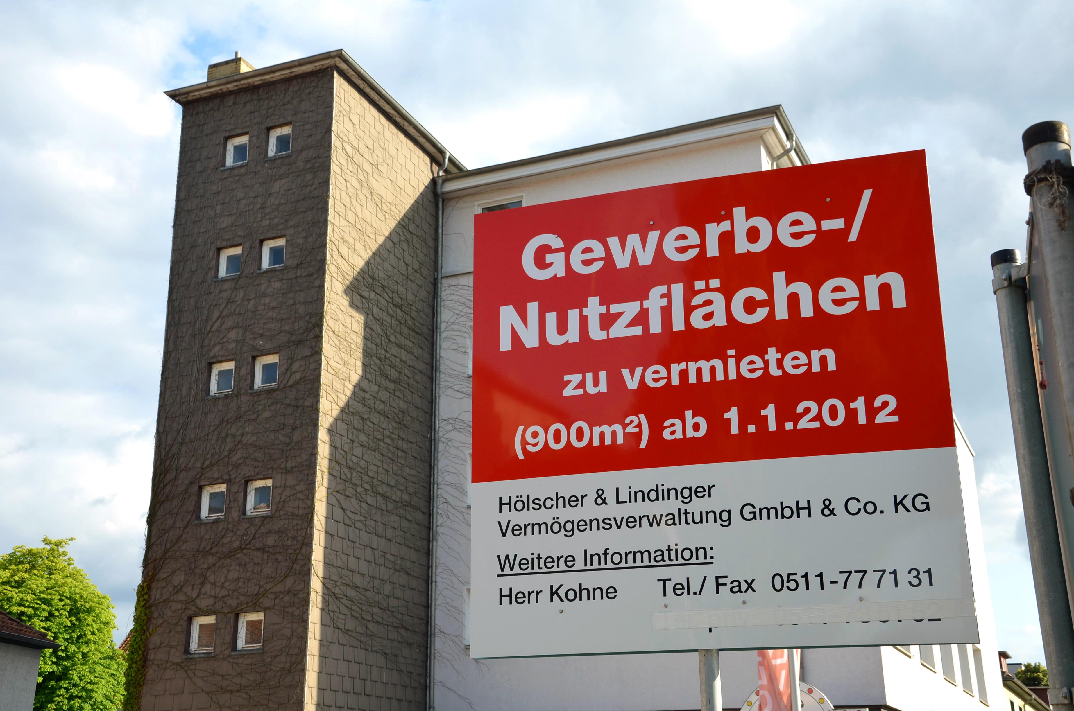 https://upload.wikimedia.org/wikipedia/commons/8/87/Gewerbe-%2C_Nutzfl%C3%A4chen_zu_vermieten%2C_900_qm_ab_1.1.2012%2C_H%C3%B6lscher_%26_Lindinger_Verm%C3%B6gensverwaltung_GmbH_%26_Co._KG%2C_auf_dem_Gel%C3%A4nde_der_ehemaligen_Norta%2C_Norddeutsche_Tapetenfabrik_H%C3%B6lscher_%26_Breimer.jpg