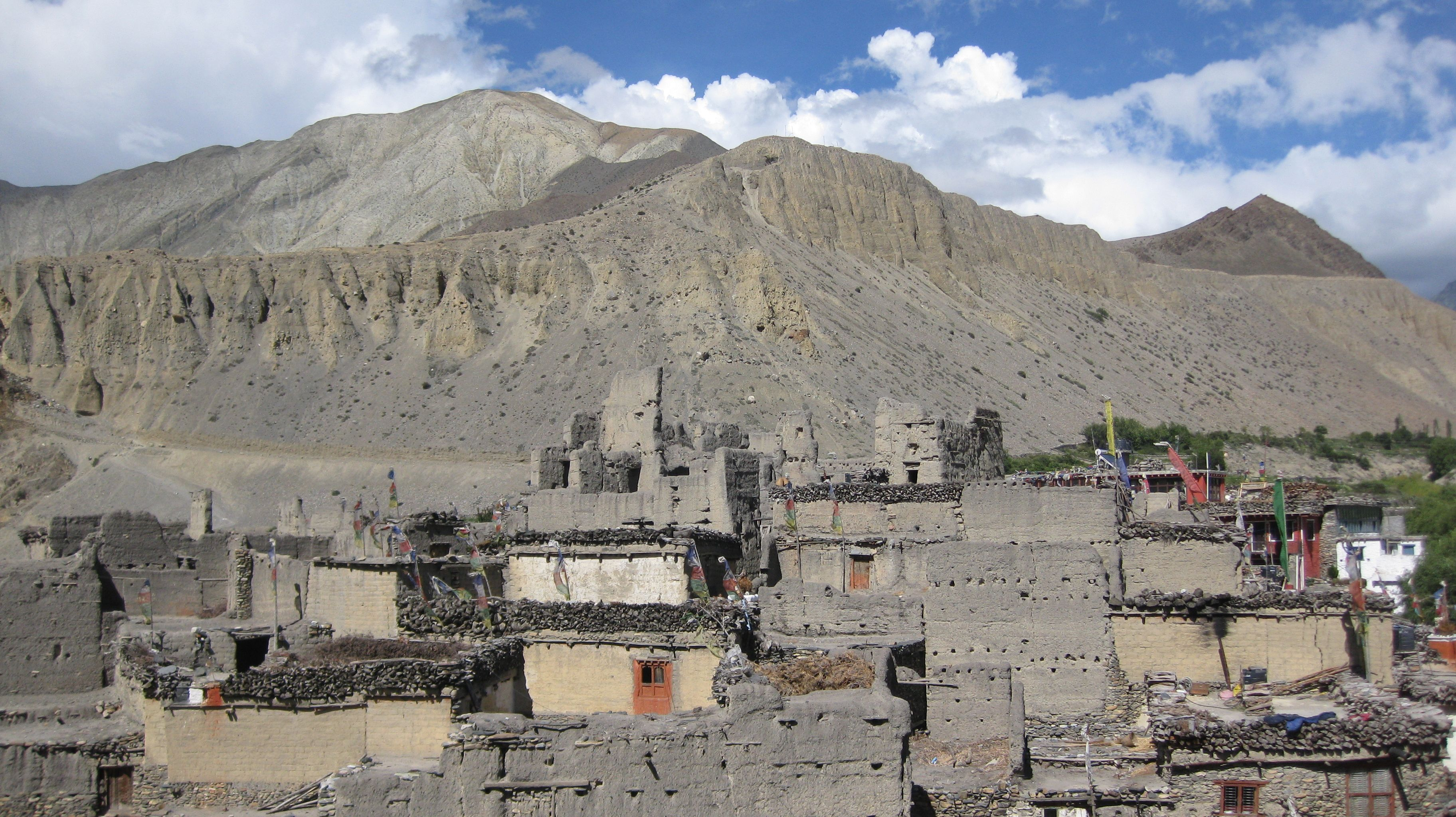 https://upload.wikimedia.org/wikipedia/commons/8/87/Houses_in_Kagbeni_village.jpg
