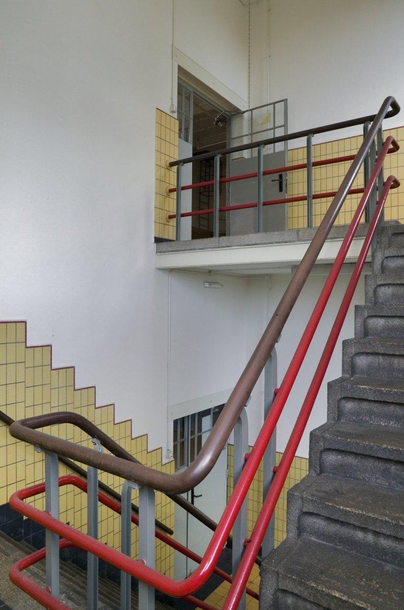 File interieur tweede verdieping overzicht trappenhuis for Kantoor interieur