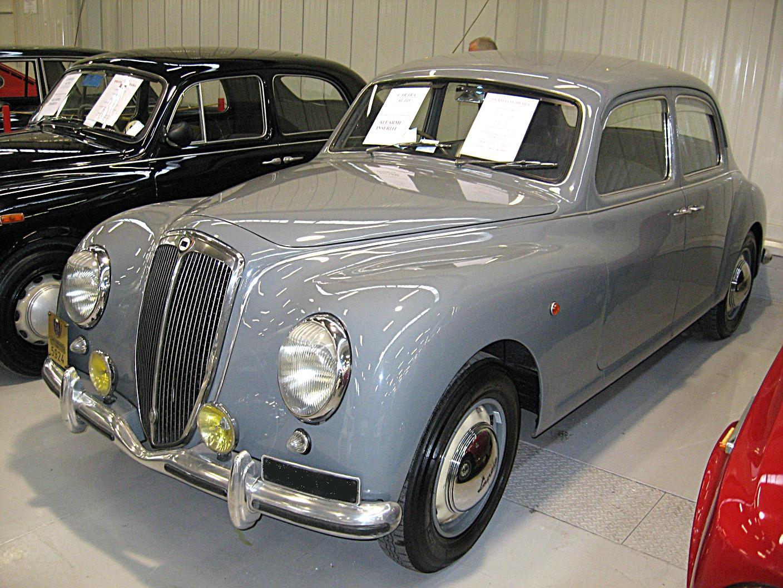 https://upload.wikimedia.org/wikipedia/commons/8/87/Lancia_Aurelia-B10_Front-view.JPG