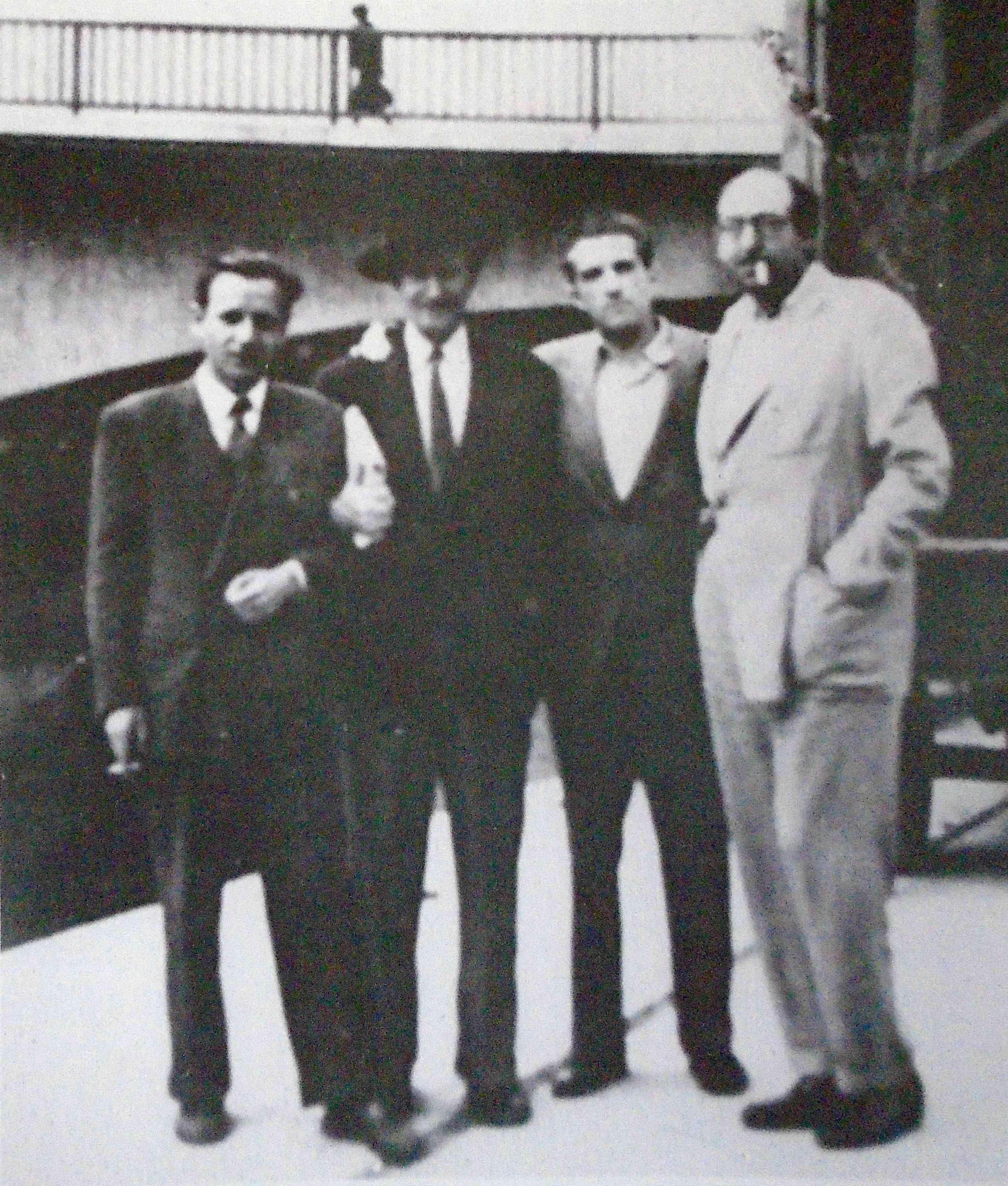 Blas de Otero (segundo por la derecha) con Luis Castresana, Pío Fernández y Rafael Morales, c. 1965