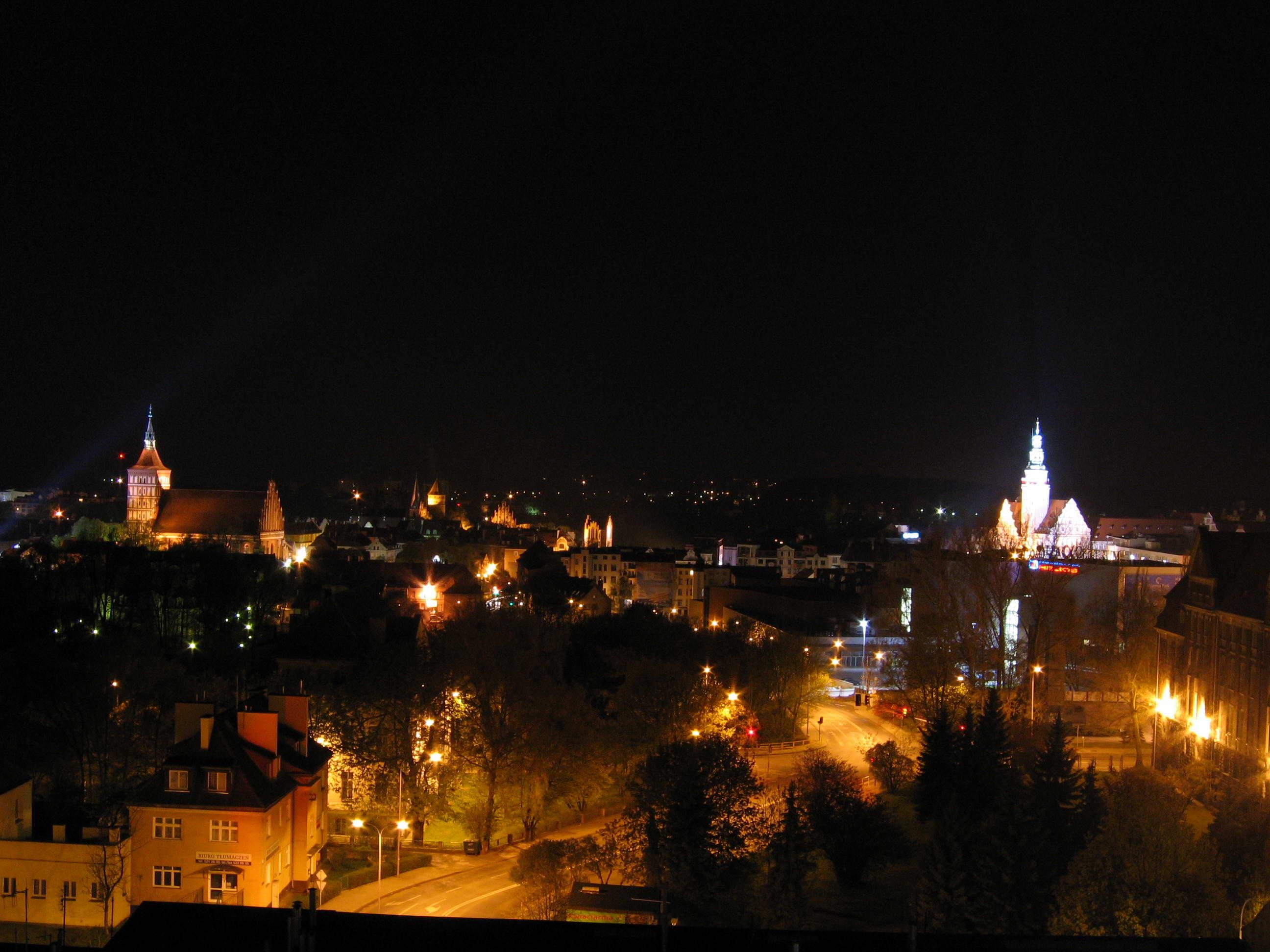 Olsztyn nocą, KOS CC BY 3.0