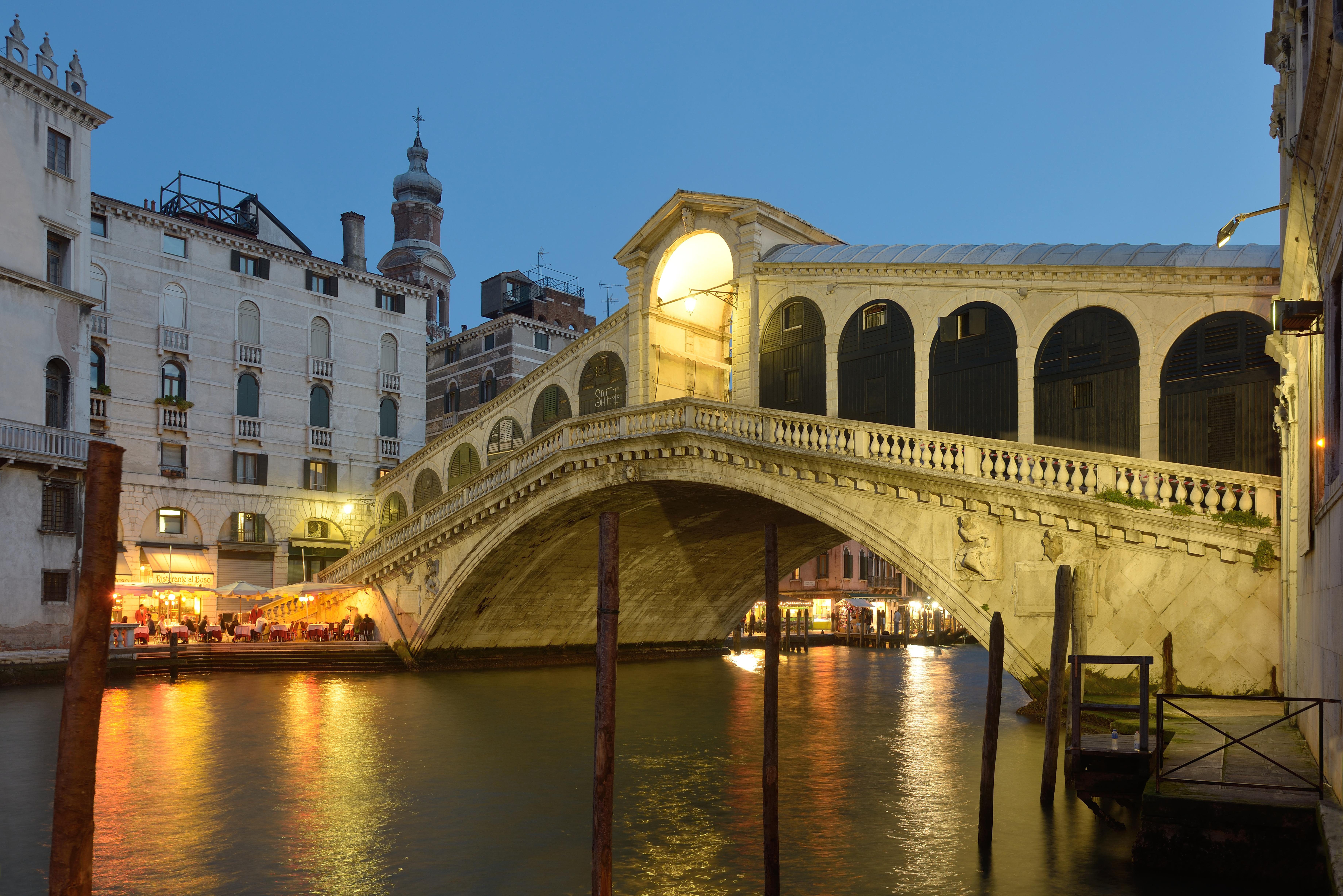 Description Ponte di Rialto facciata ovest di sera.jpg